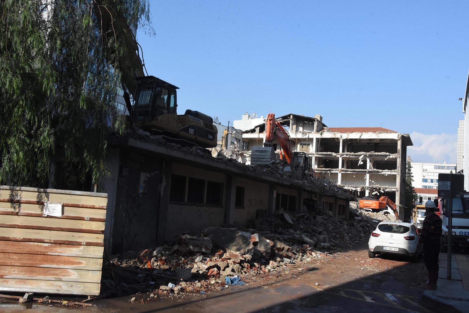 İş makinesi ile yıkılmakta olan eski yapılar