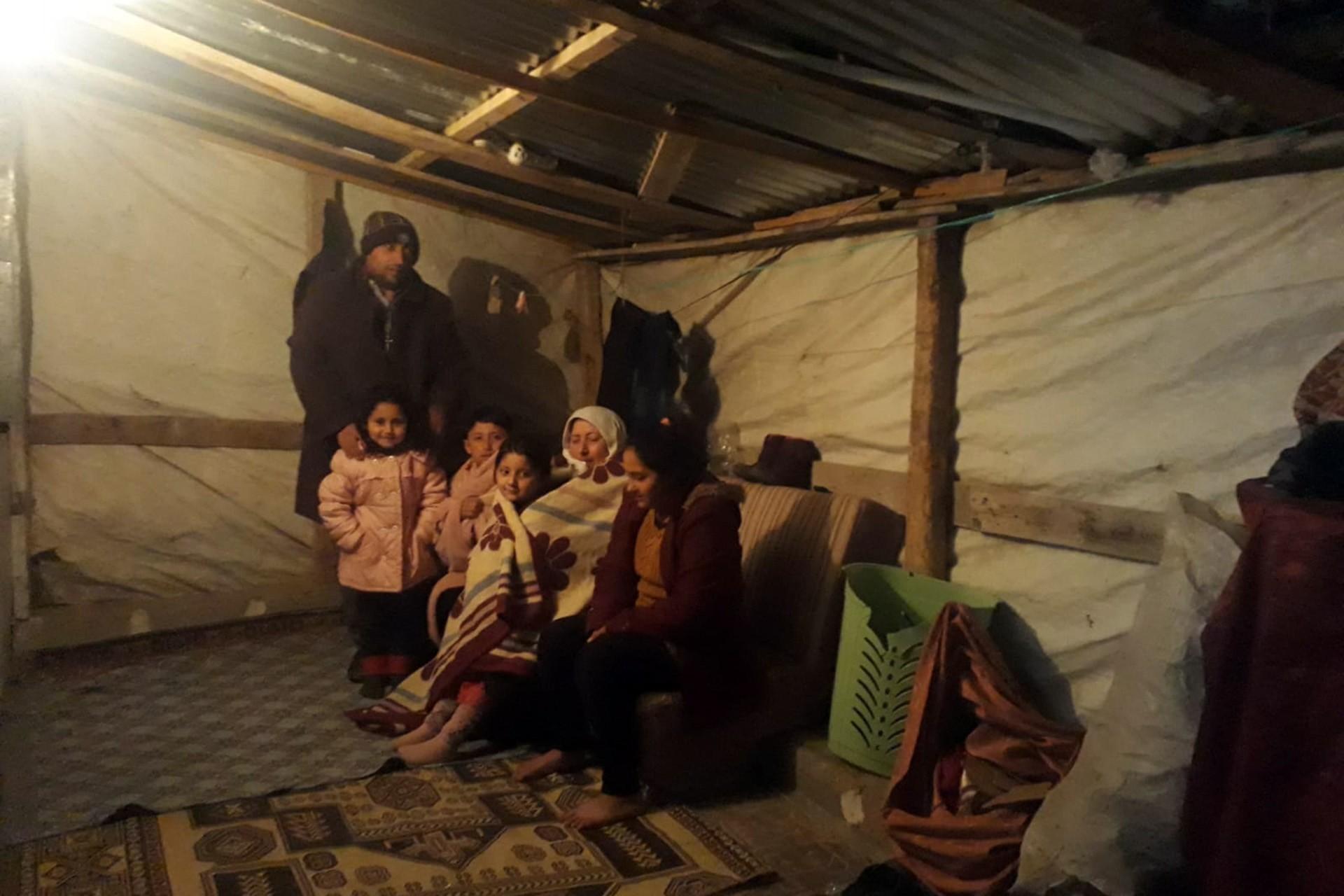 Naylon çadırda yaşayan aile