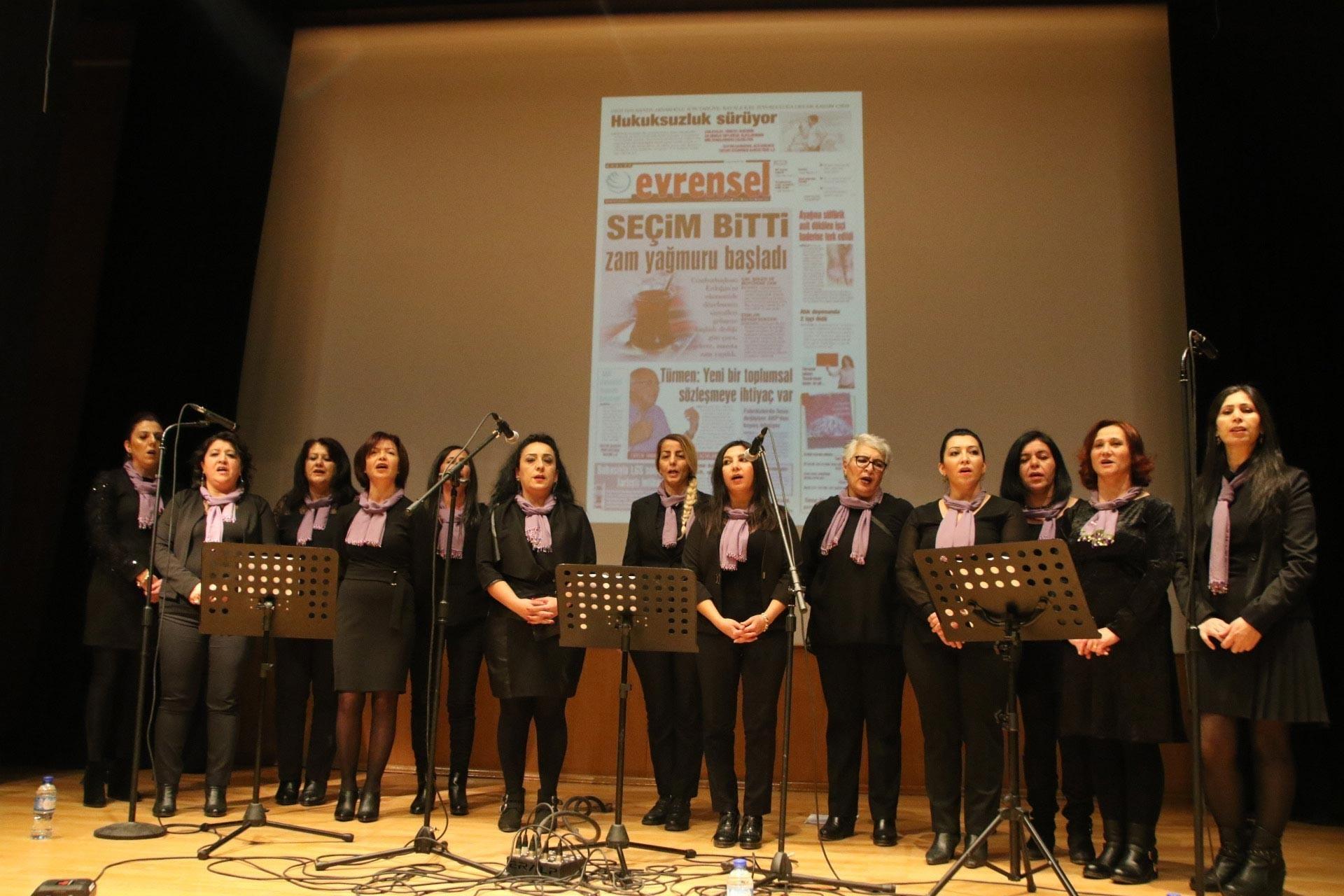 Emek Kadın Korosu, Ankara'da düzenlenen Evrensel ile dayanışma etkinliğinde sahne alırken
