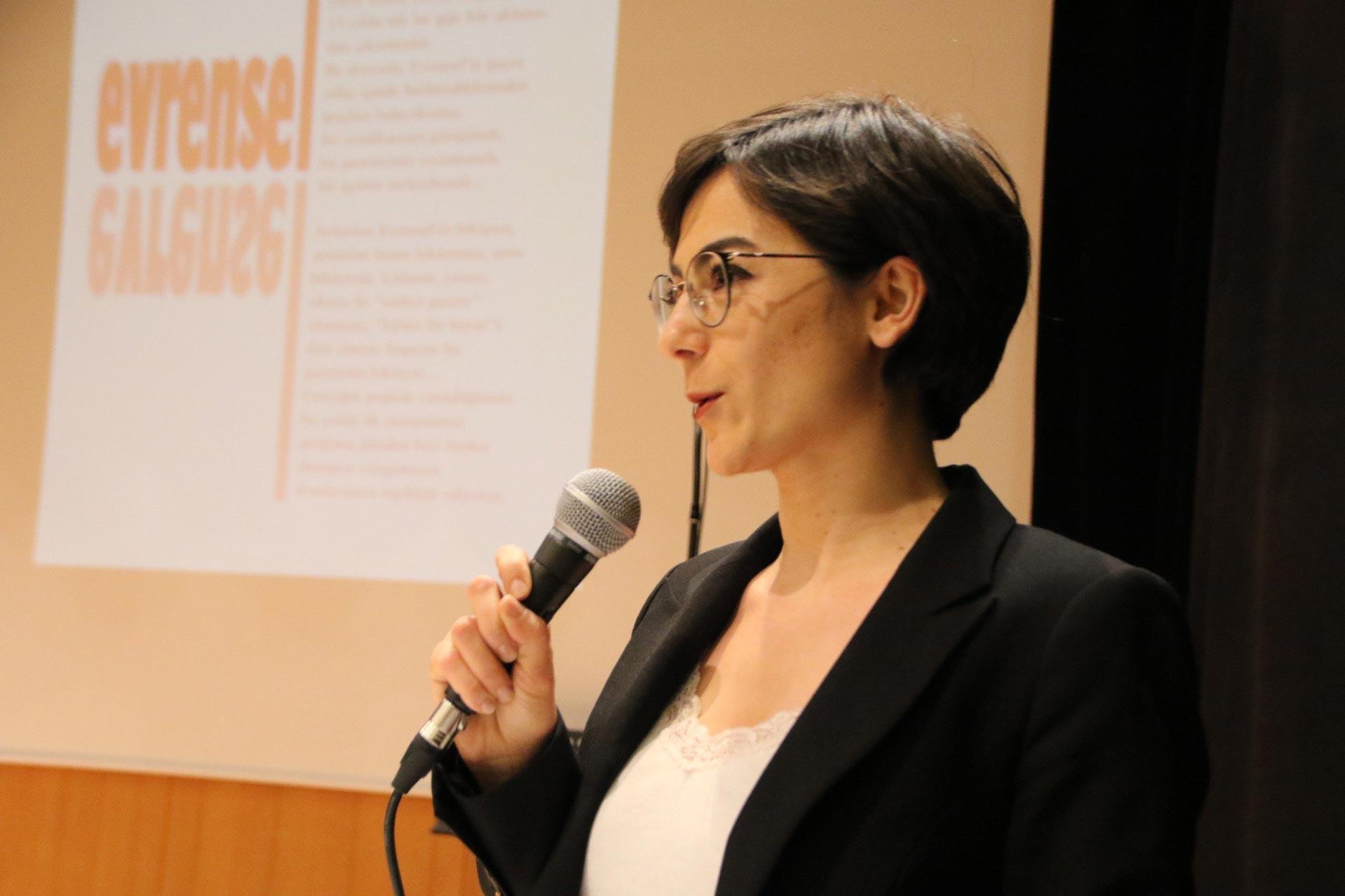 Evrensel Muhabiri Burcu Yıldırım, Ankara'da düzenlenen Evrensel ile dayanışma etkinliğinde konuşmasını yaparken