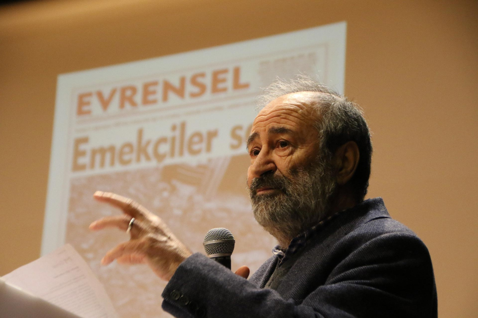 Evrensel Yazarı Hüsnü Öndül, Ankara'da düzenlenen Evrensel ile dayanışma etkinliğinde konuşmasını yaparken