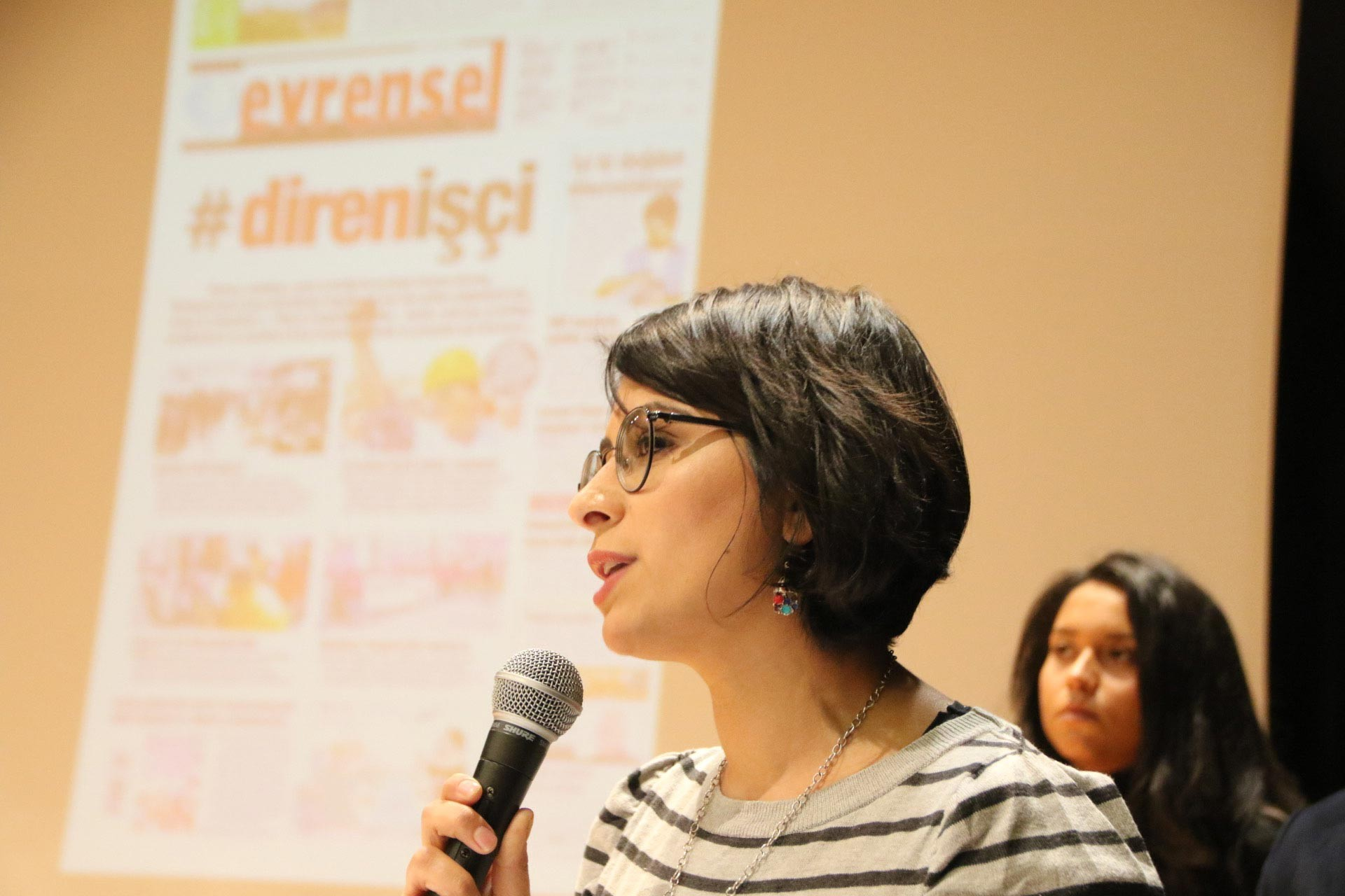 TGS Ankara Şube Başkanı Esra Koçak Mayda, Ankara'da düzenlenen Evrensel ile dayanışma etkinliğinde konuşmasını yaparken
