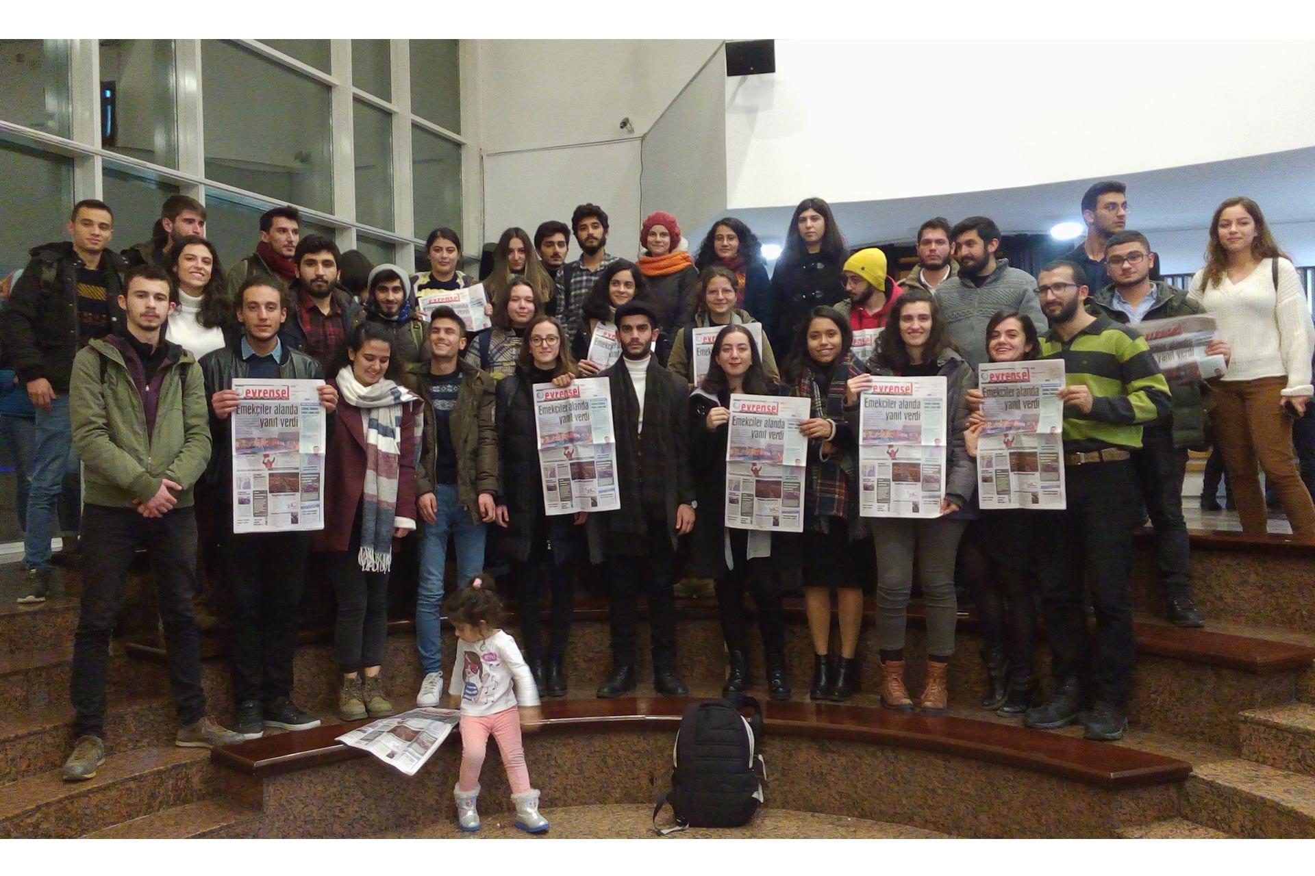 Ankara'da düzenlenen Evrensel ile dayanışma etkinliğine katılanlar ellerindeki Evrensel gazeteleri ile hatıra fotoğrafı çektirirken