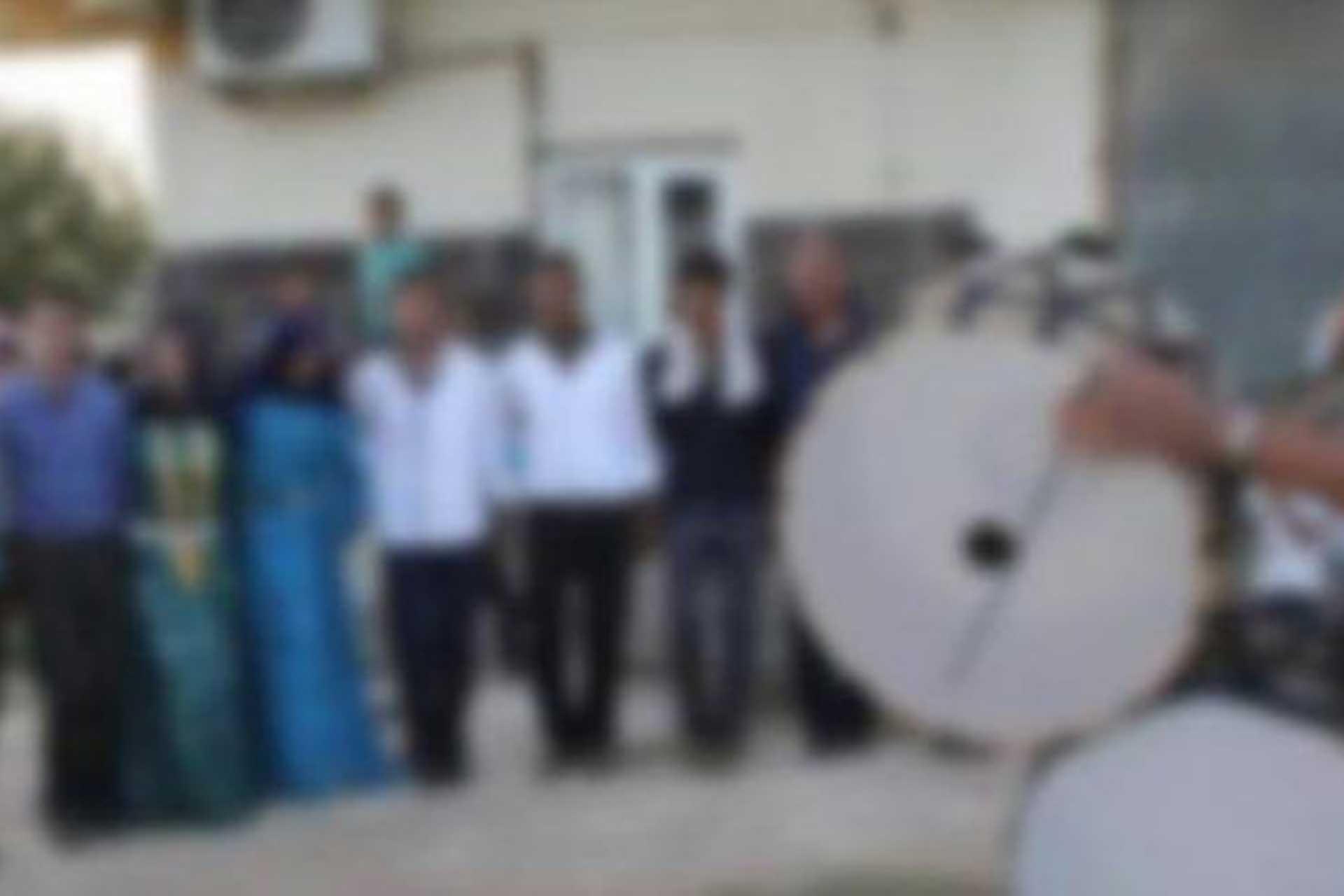 düğünde davul eşliğinde halay çeken insanlar