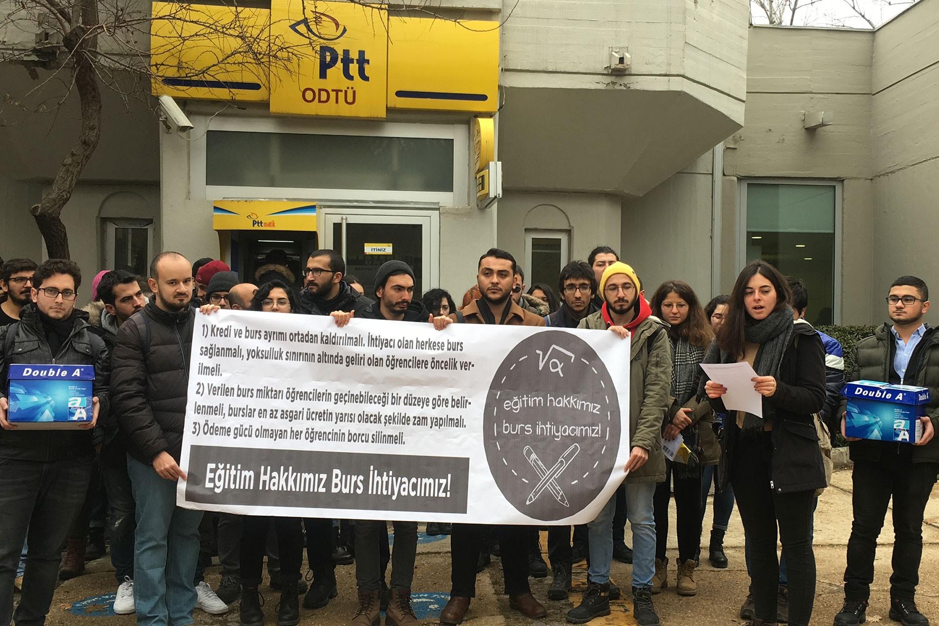 ODTÜ öğrencileri PTT önünde basn açıklaması yaptı.