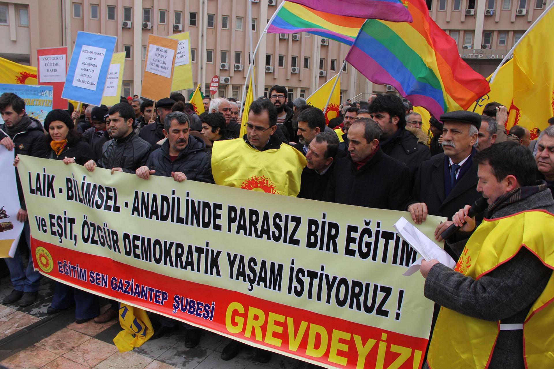 Antep'te valilik binası önünde yapılan eylem