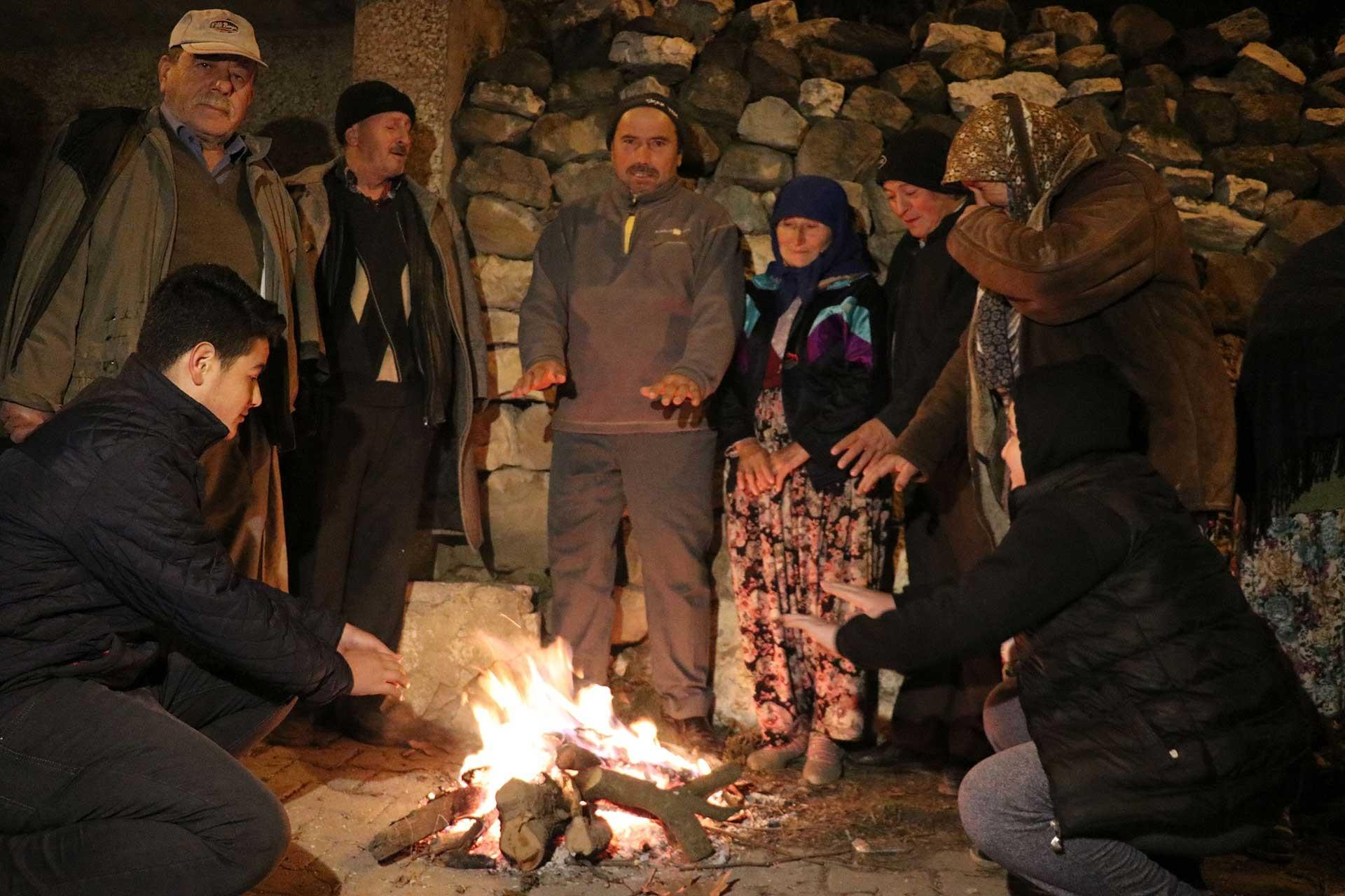 Balıkesir'de meydana gelen 4,6 büyüklüğündeki depremin en çok hissedildiği yerlerden kırsal Akçaköy Mahallesi sakinleri, geceyi dışarıda ateş yakıp ısınarak geçiriyor.