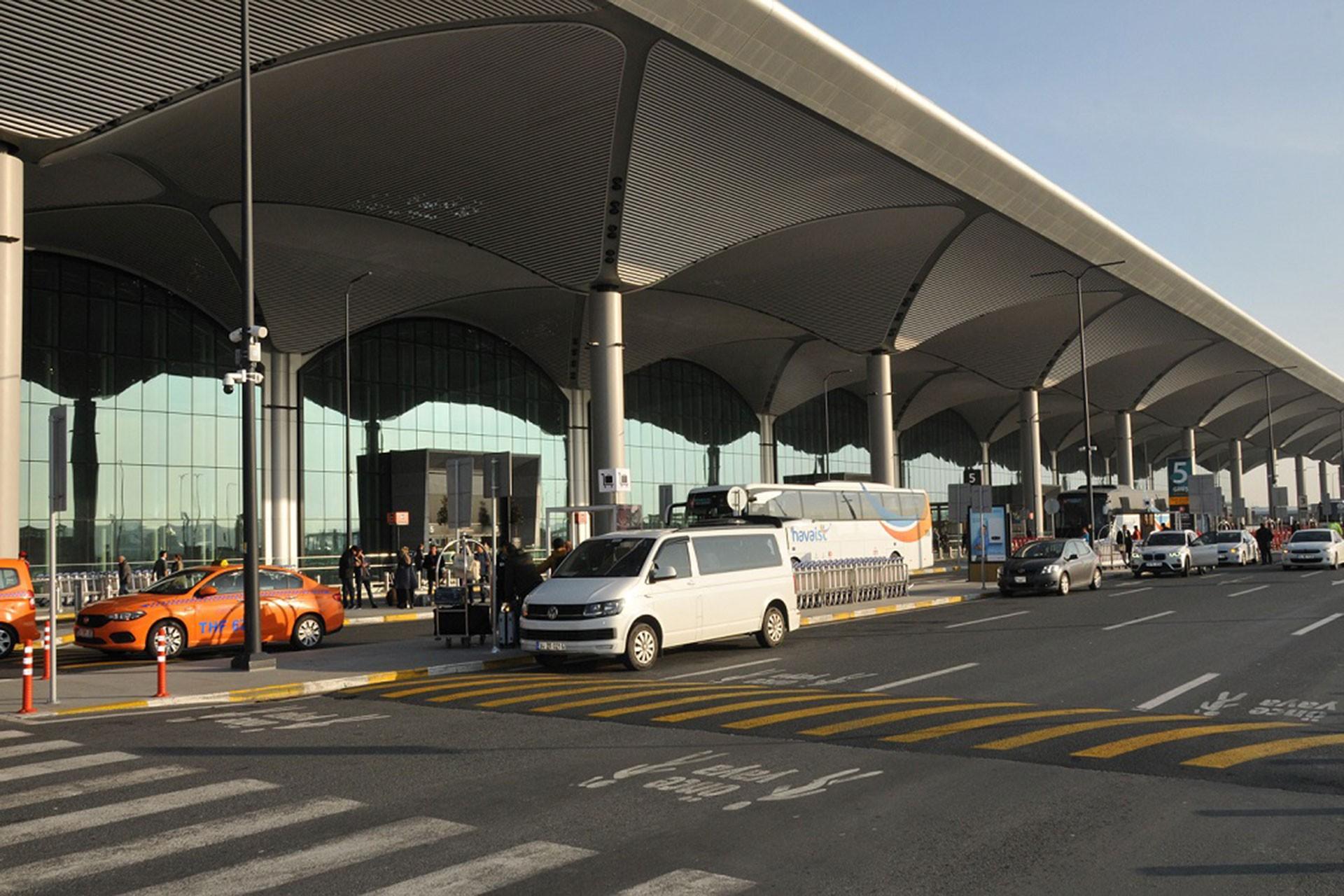 istanbul havalimanı giriş ve çıkışlarında araç kuyrukları oluşuyor