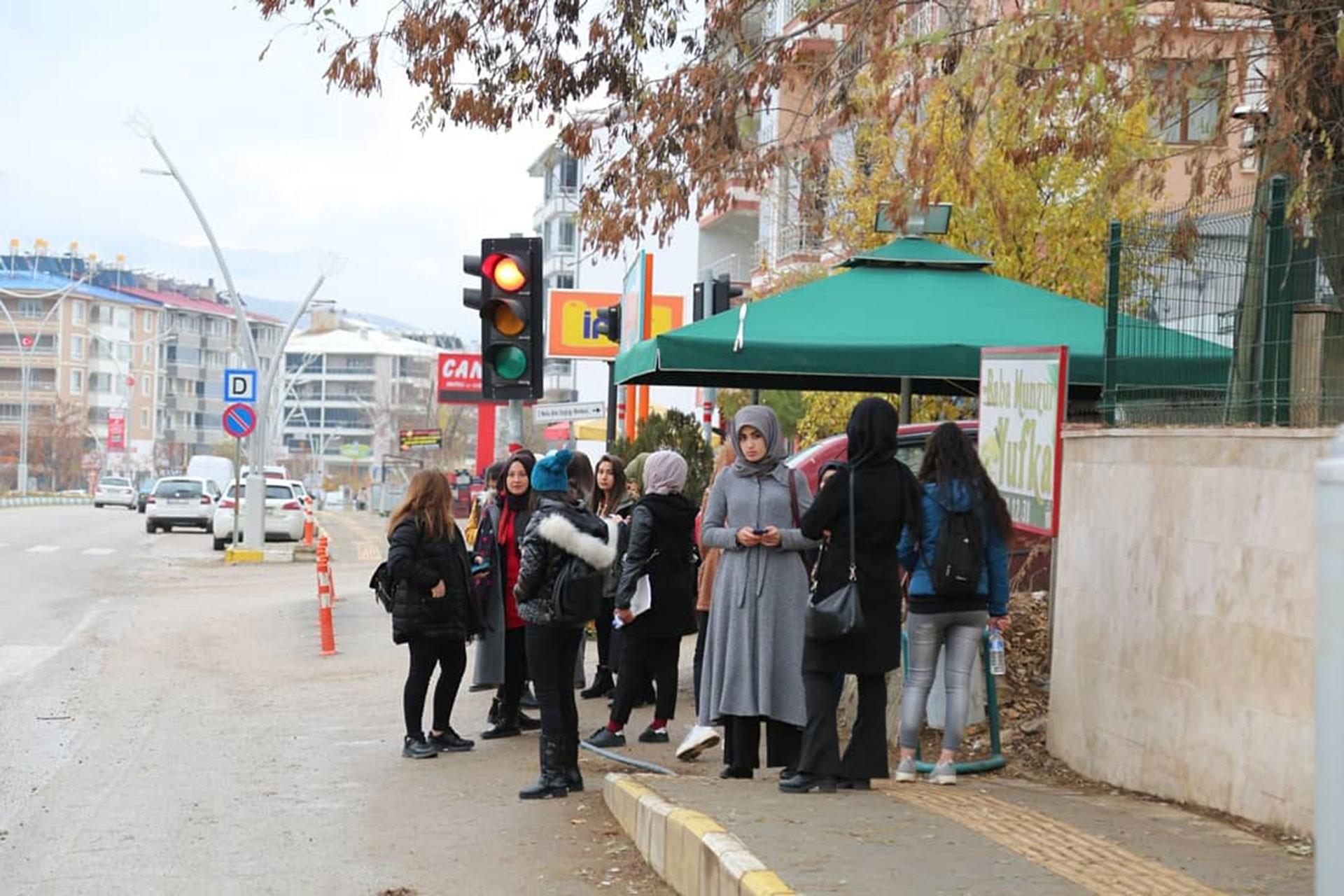 Dersim'de durakta bekleyen öğrenciler