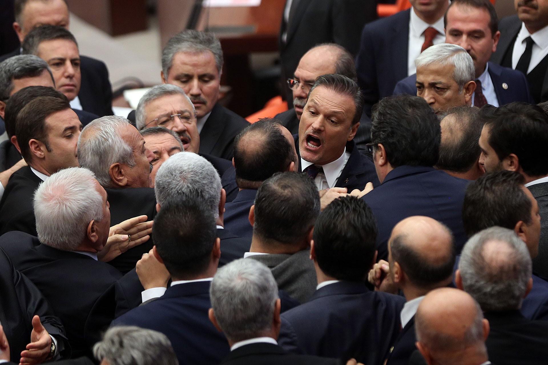 Mecliste milletvekilleri arasında yaşanan arbede