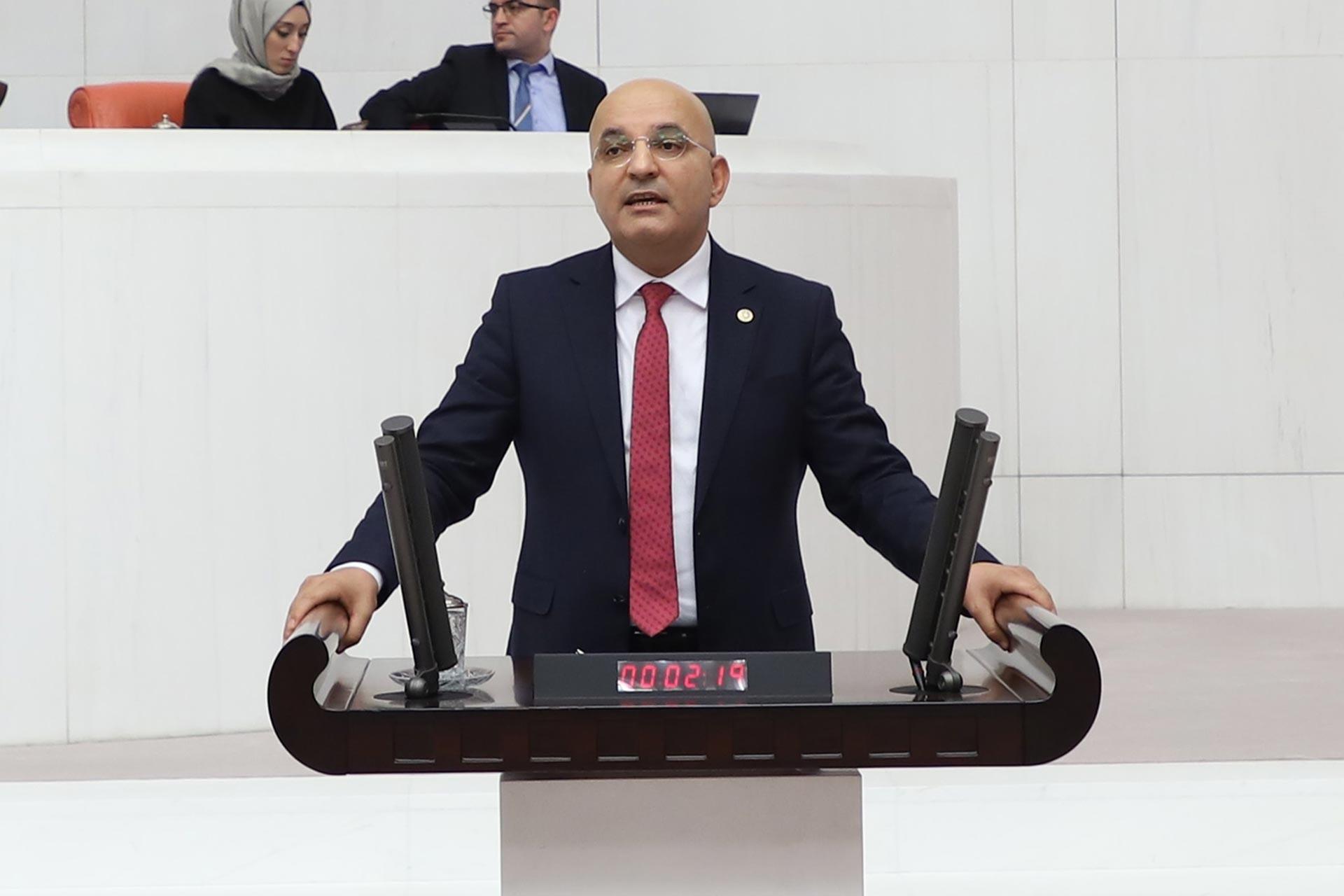 CHP Milletvekili Mahir Polat, Meclis kürsüsünde konuşurken