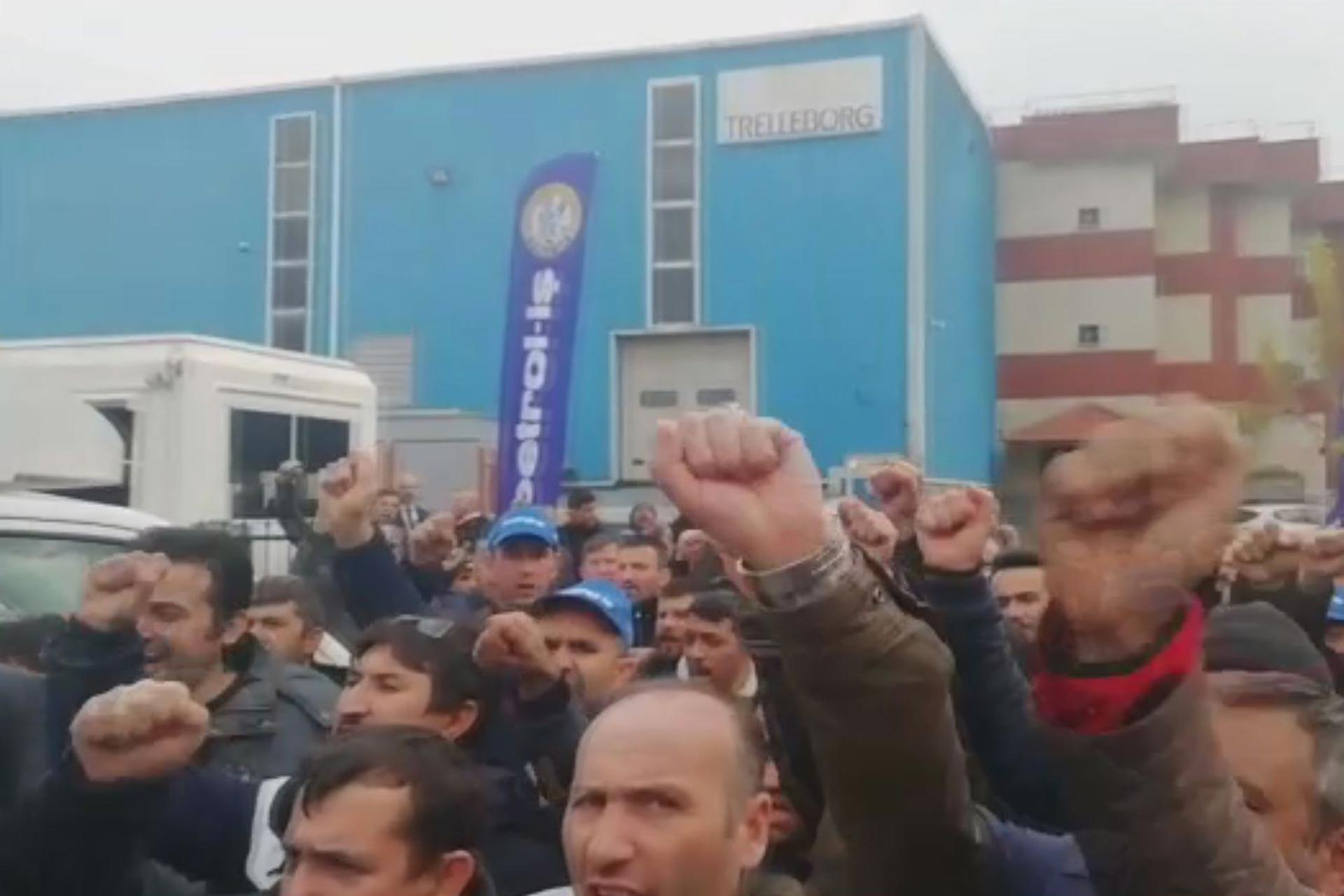 Grevdeki Trelleborg işçilerine yapılan destek ziyareti esnasında slogan atan işçiler