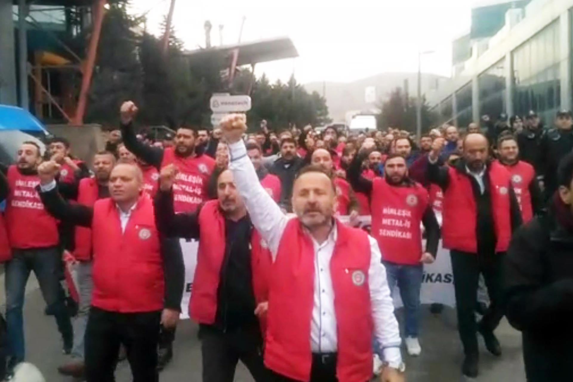 Birleşik Metal-İş üye ve yöneticileri Trelleborg grevini ziyaret için sloganlarla yürürken