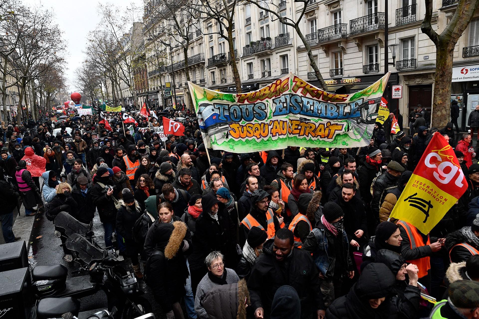 Paris'te halk emeklilik reformuna karşı sokağa çıktı