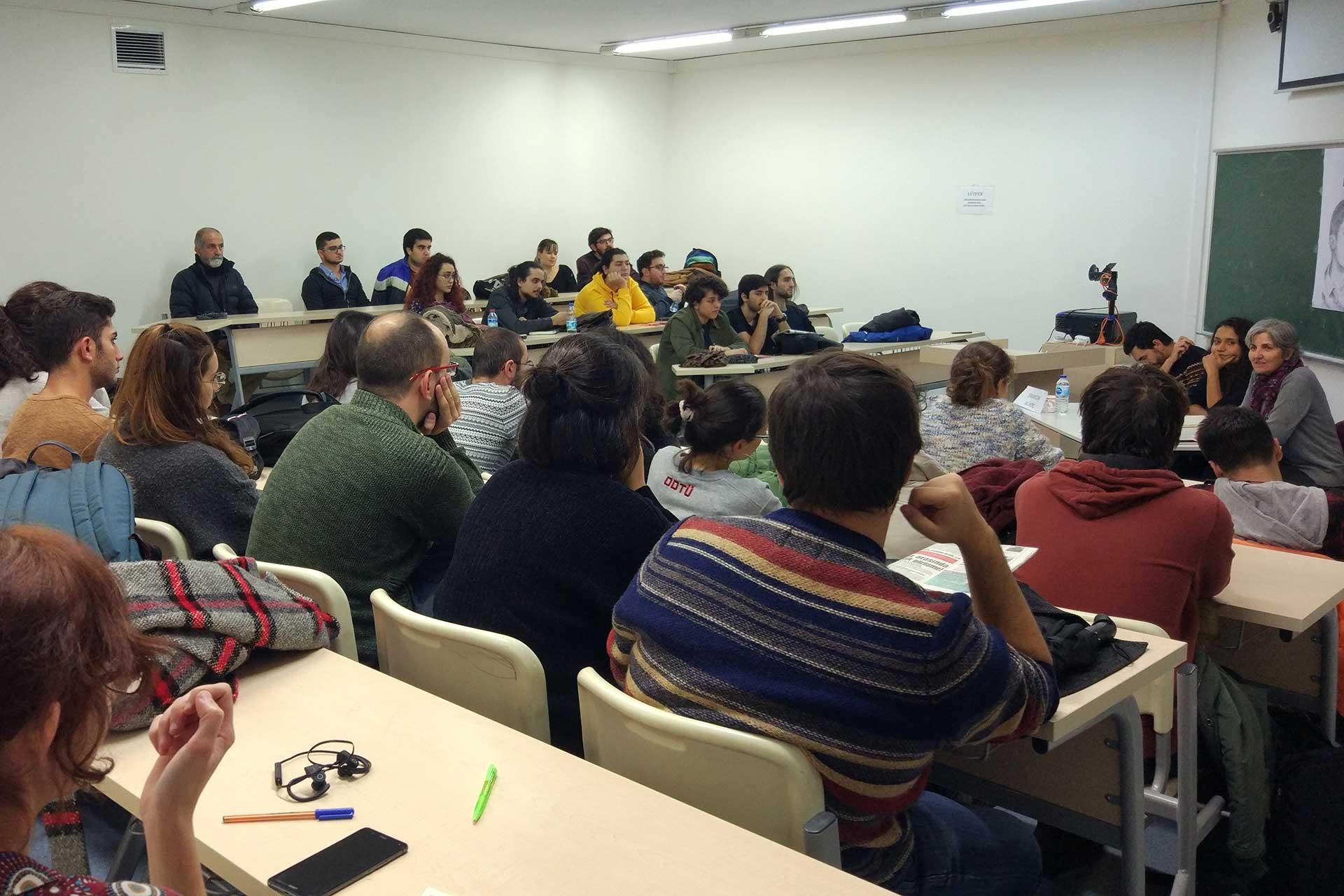 ODTÜ'deki bir sınıfta öğrenciler, panelde konuşan EMEP Genel Başkanı Selma Gürkan'ı dinliyor.