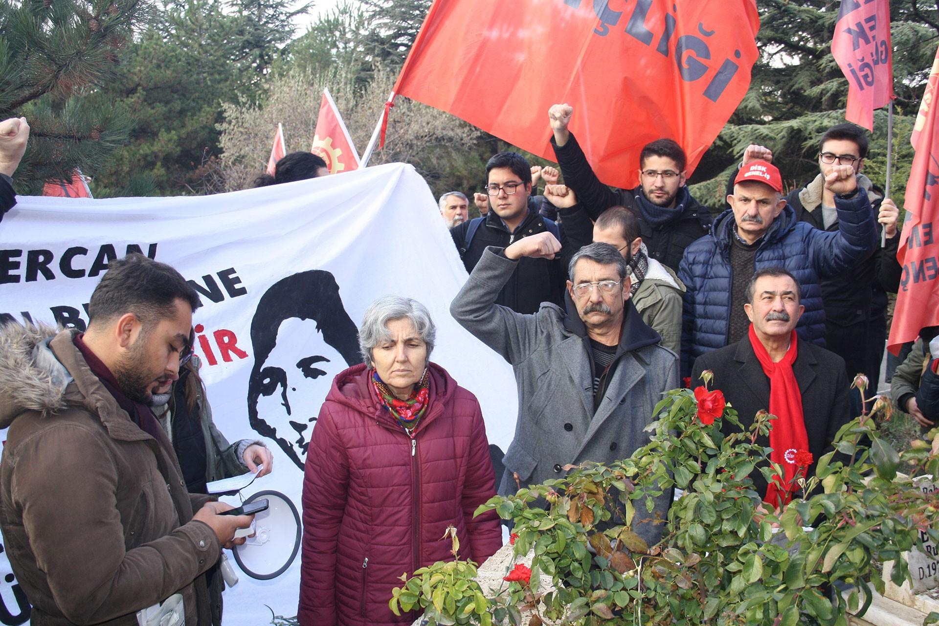 Emek Partisi Genel Başkanı Selma Gürkan (ortada) ve Devrimci 78'liler Federasyonu Başkanı Hüseyin Esentürk (sağda))