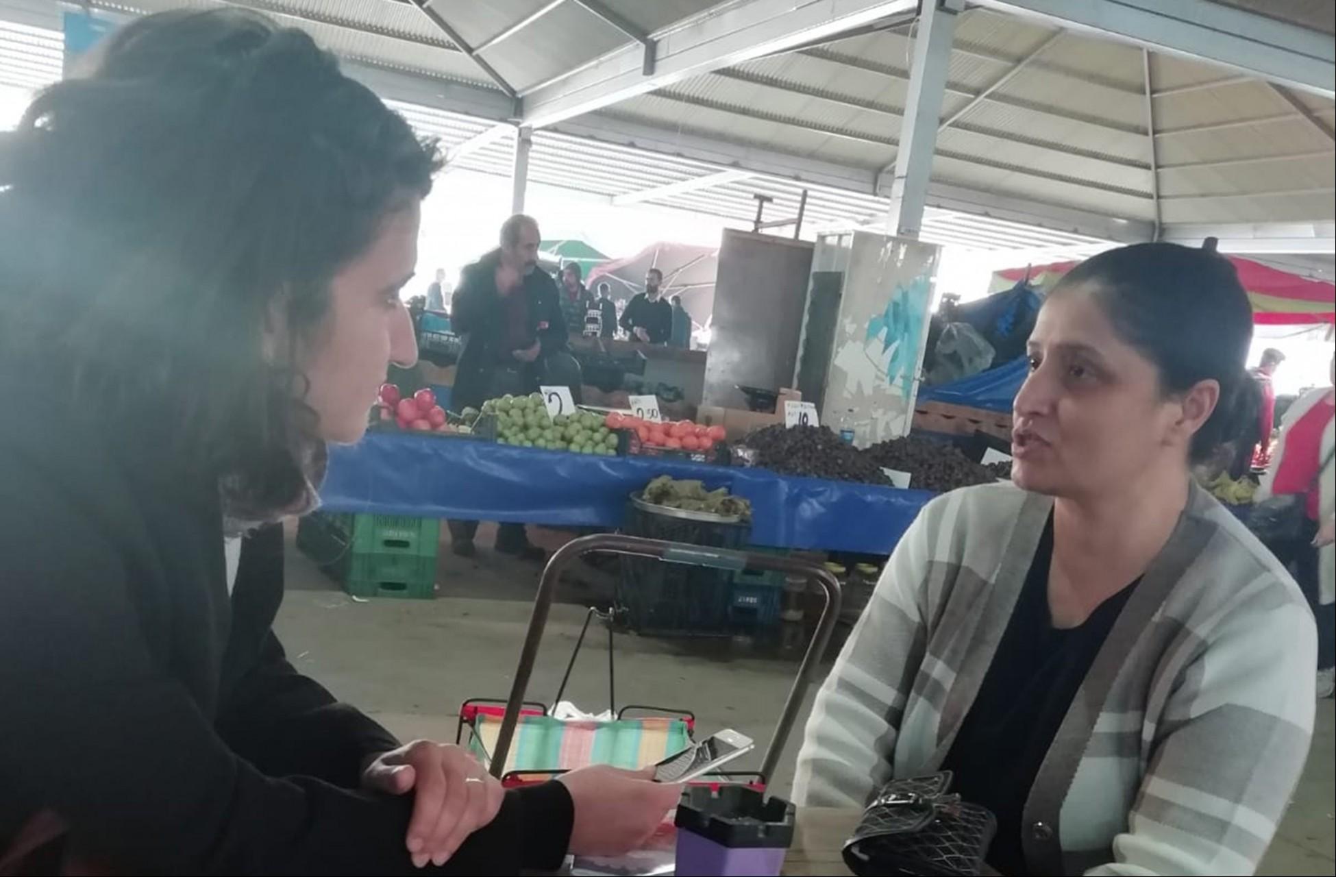 Aynur Gül'le röportaj yapılıyor.