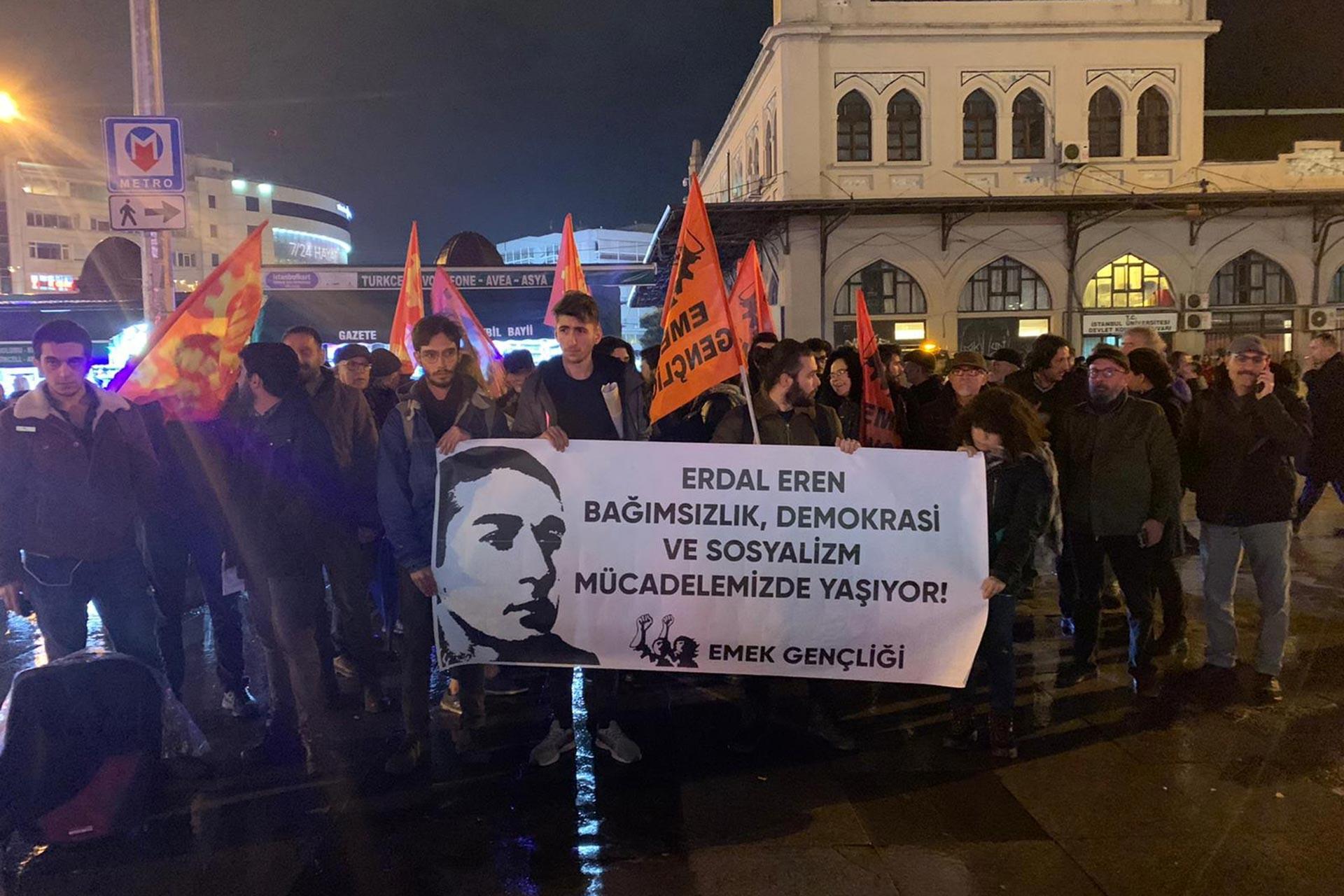 İstanbul Kadıköy Rıhtım'da yapılan Erdal Eren anmasında Emek Gençliği üyesi gençler 'Erdal Eren bağımsızlık, demokrasi ve sosyalizm mücadelemizde yaşıyor!' yazılı pankartı tutarken