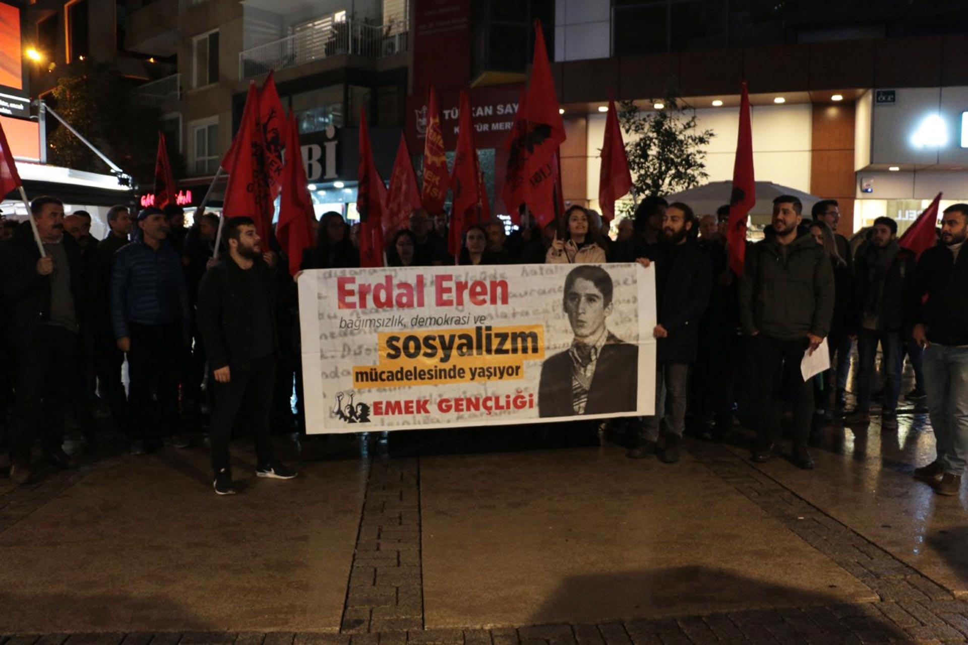 İzmir'de yapılan Erdal Eren anmasında Emek Gençliği üyesi gençler 'Erdal Eren demokrasi ve sosyalizm mücadelesinde yaşıyor' pankartı ile yürürken