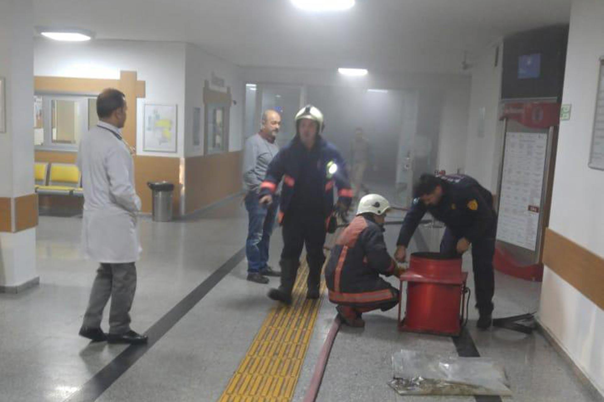 Ankara İbni Sina Hastanesinin arşiv bölümünde çıkan yangına itfaiye ekipleri müdahale ederken