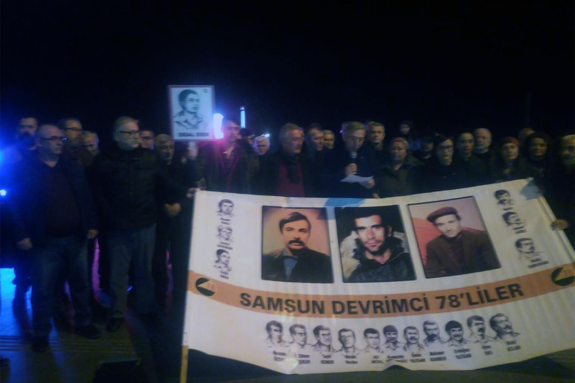Erdal Eren'i anmak üzere düzenlenen basın açıklamasında bir araya gelen insanlar