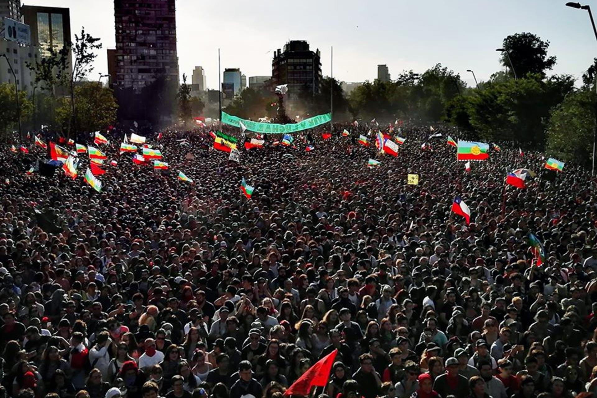 """Onur Meydanı'nda bir araya gelerek """"El pueblo unido jamas sera vencido"""" şarkısını söyleyen Şilililer"""