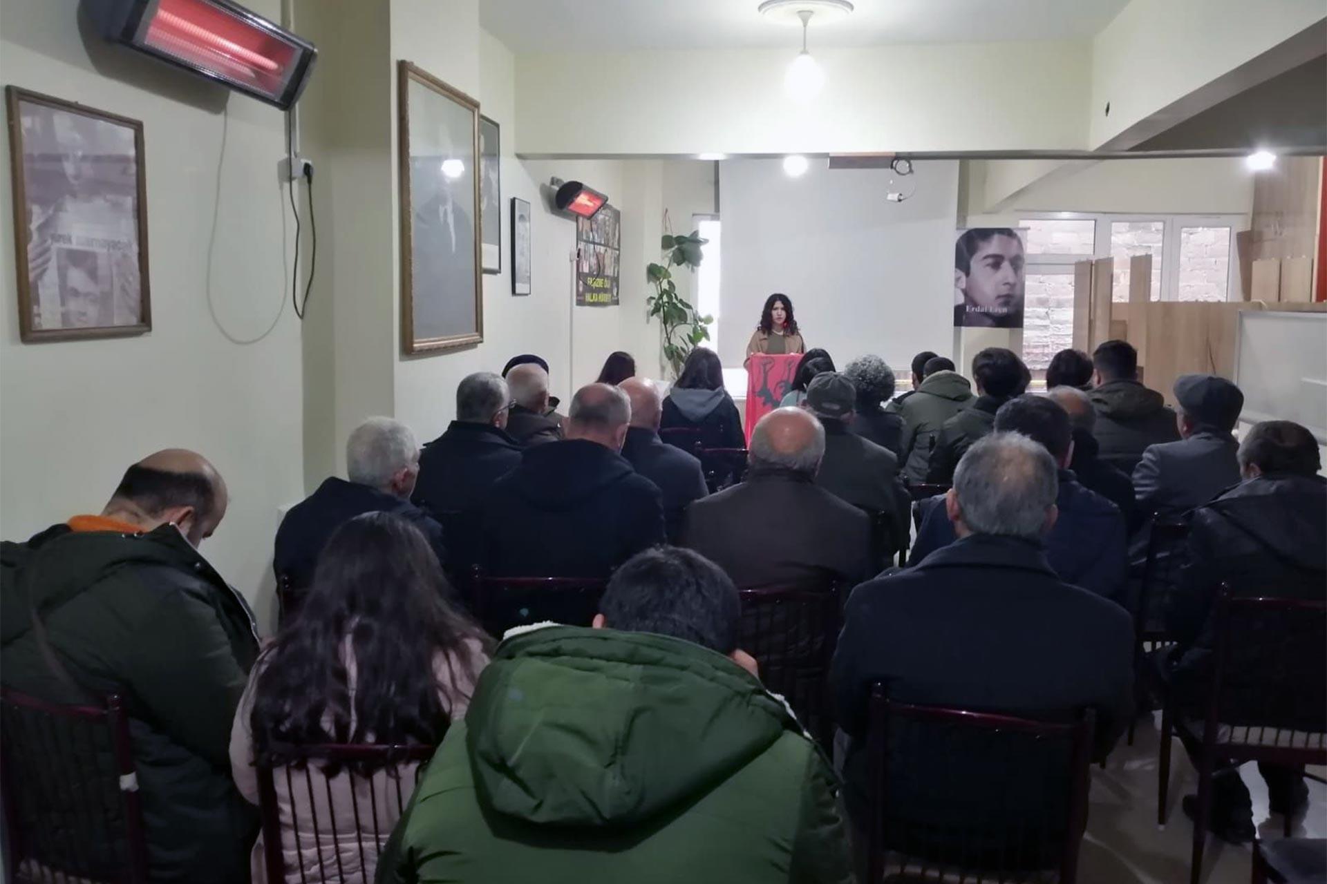 Kapalı salonda konuşma yapan Emek Gençliği üyesi ve dinleyiciler