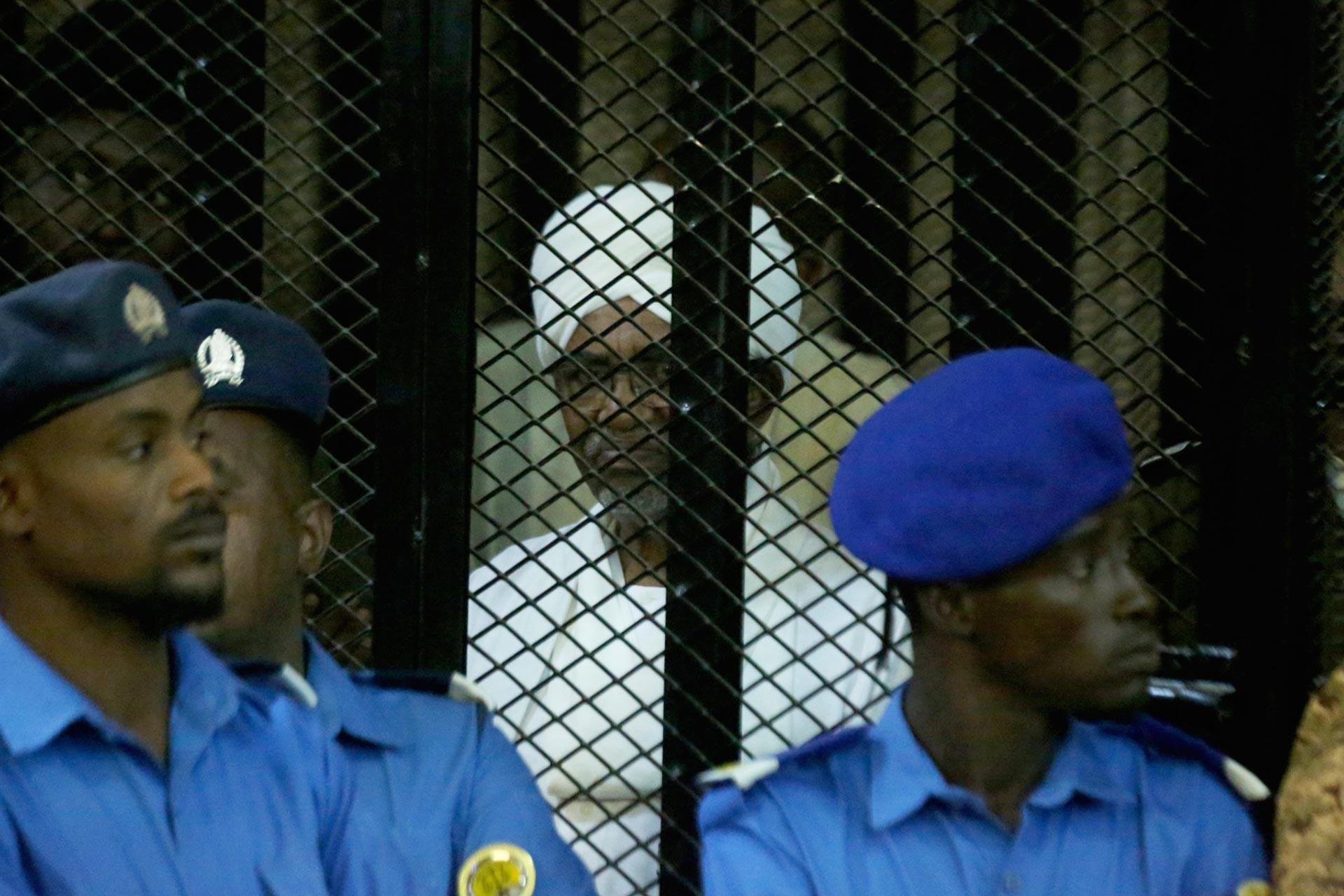 Sudan'ın devrik Cumhurbaşkanı Ömer el Beşir yargılanırken
