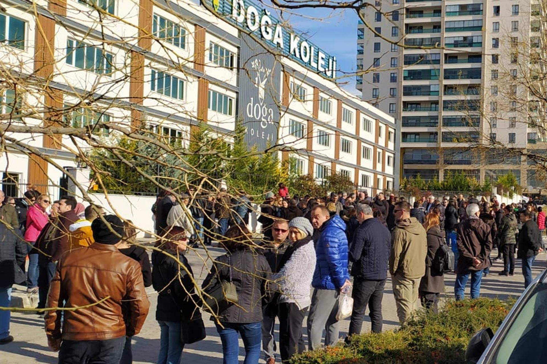 Ankara Eryaman'da bulunan Doğa Koleji binası önüne gelen veliler, yönetimin açıklama yapmamasına dair protesto eylemi yaptı
