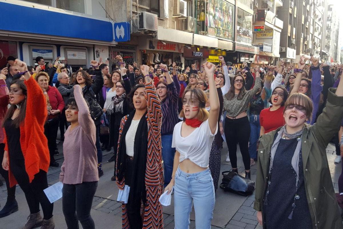 İzmir'de kadınların danslı protestosu.