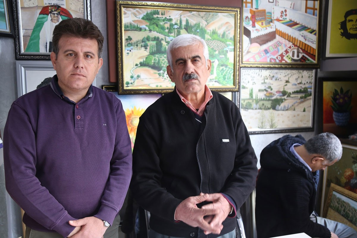 Ahmet ve İsmail Kısa, Ahmet Kısa'nın yaptığı tablolar önünde.