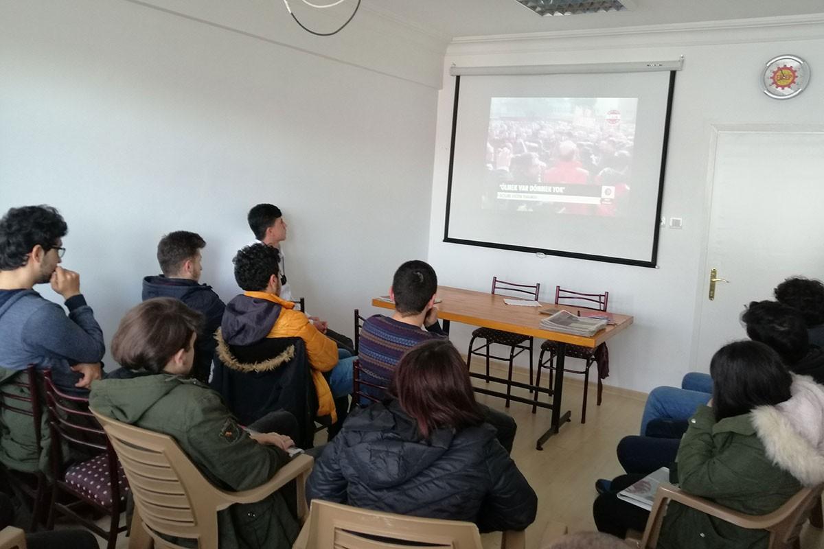 Gençler Erdal Eren'le ilgili sinevizyon izliyor.