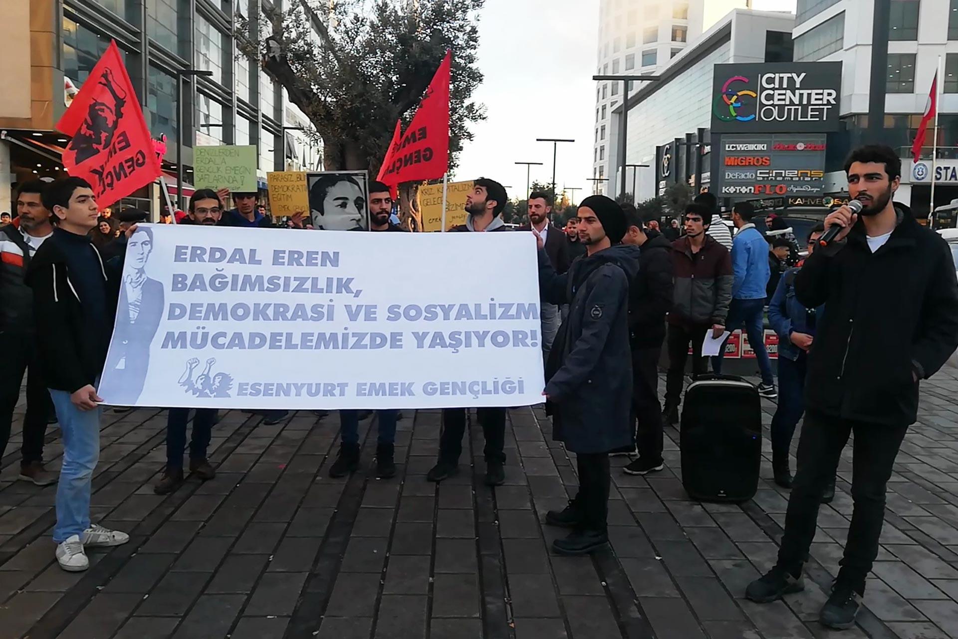 Esenyurt'ta Emek Gençliğinin düzenlediği Erdal Eren anmasında gençler 'Erdal Eren bağımsızlık, demokrasi ve sosyalizm mücadelemizde yaşıyor' yazılı pankart tutarken