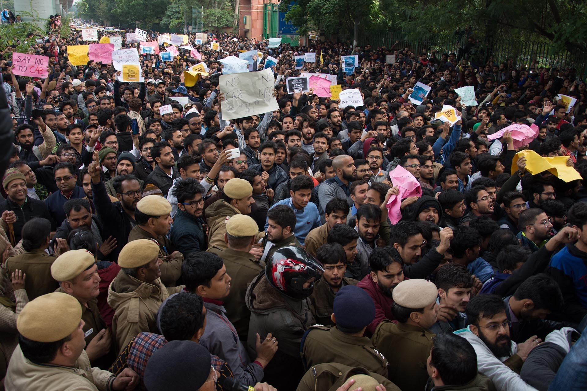 Hindistan'da eyleme katılanlar sloganlar atıyor