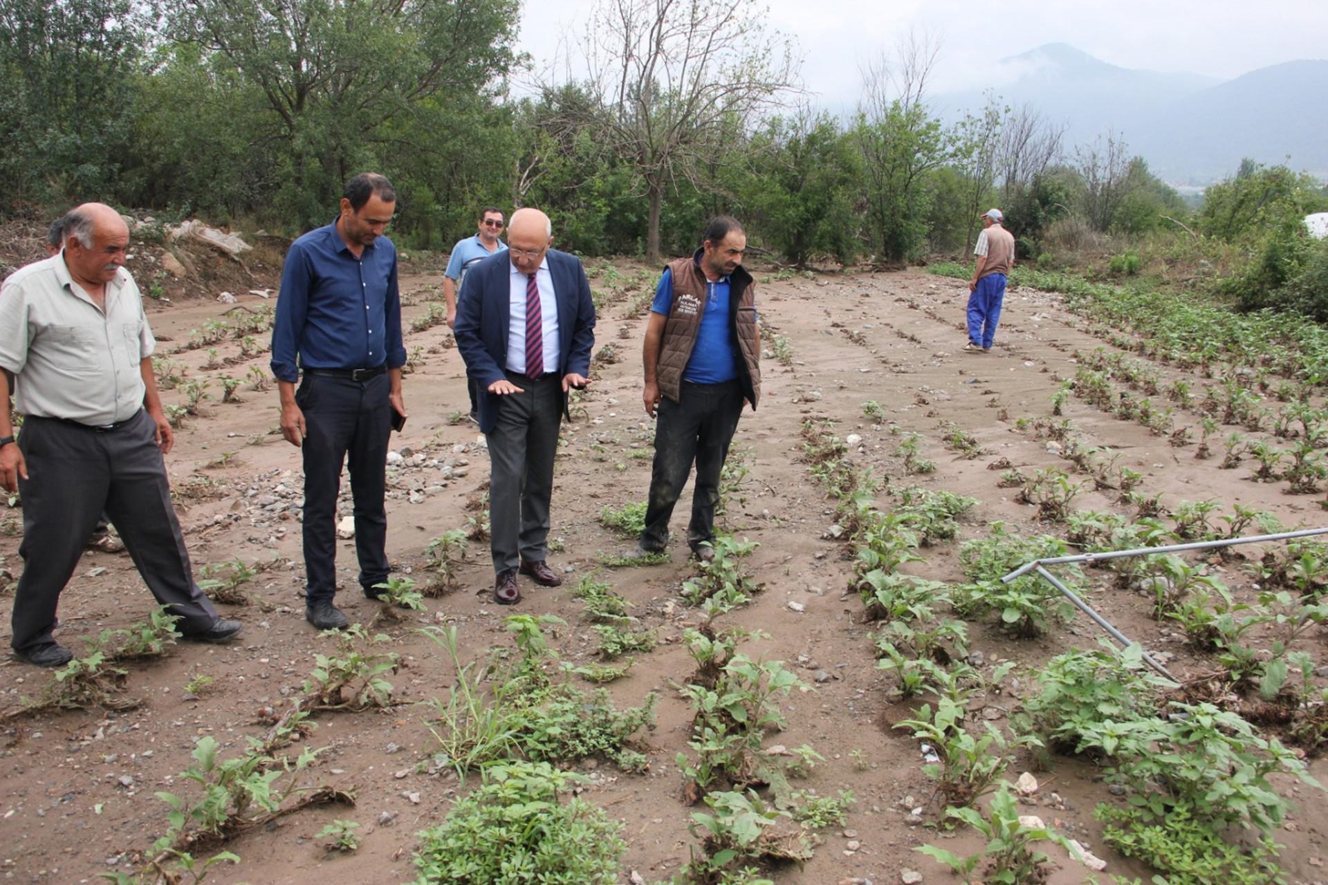 CHP Milletvekili Utku Çakırözer, sel mağduru çiftçileri ziyaret ediyor.