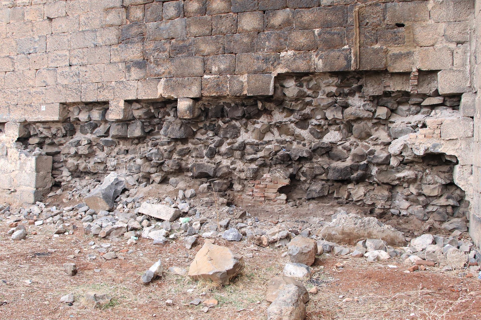 Diyarbakır surlarından sökülen taşlar sonrası sur duvarlarında ortaya çıkan görüntü