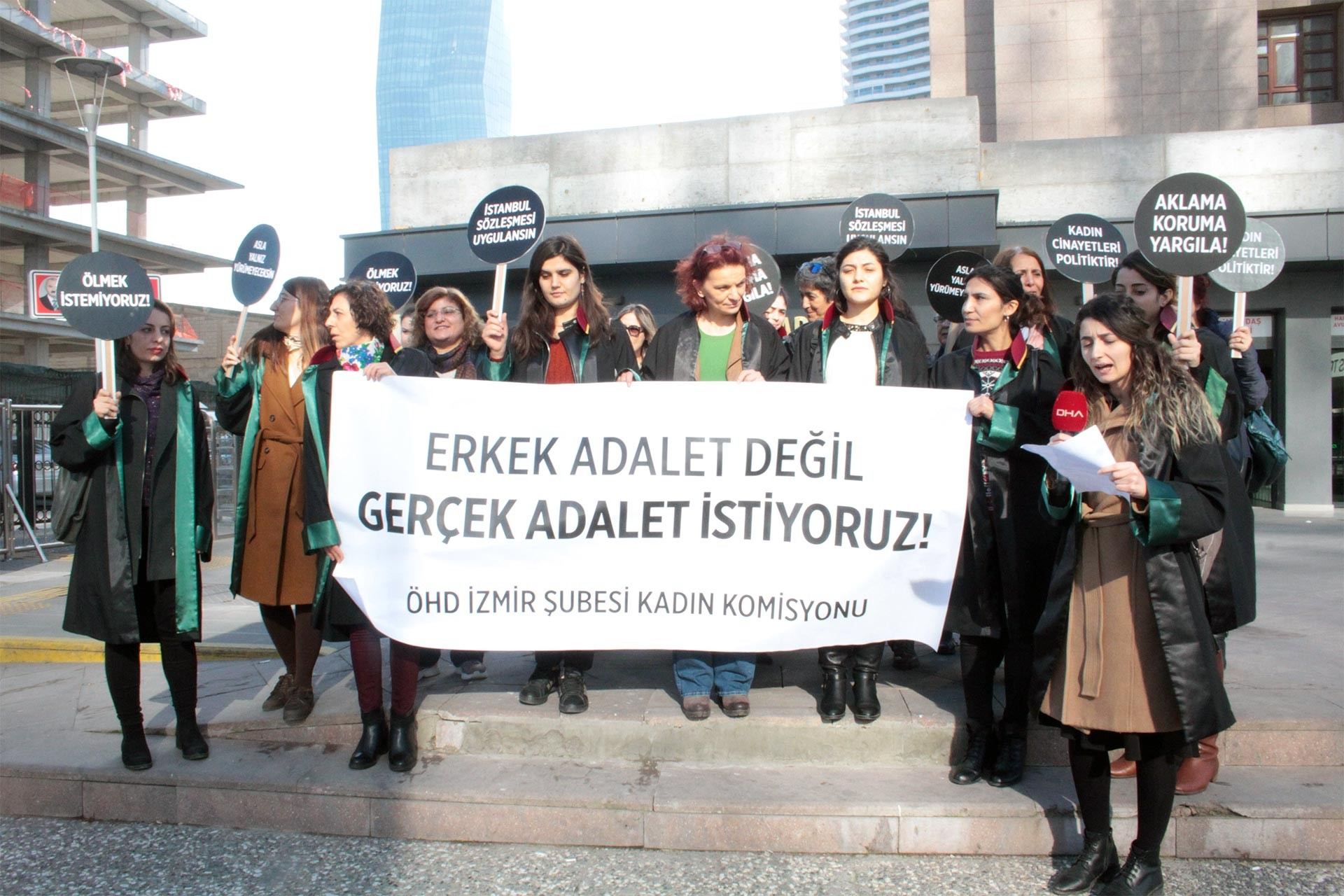 Erkek adalet değil, gerçek adalet istiyoruz yazılı pankart taşıyan kadın avukatlar