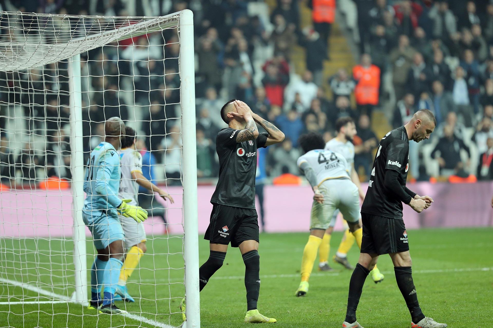 Beşiktaş - Yeni Malatyaspor maçında gol pozisyonundan yararlanamayan Enzo Roco ve Burak Yılmaz üzülürken