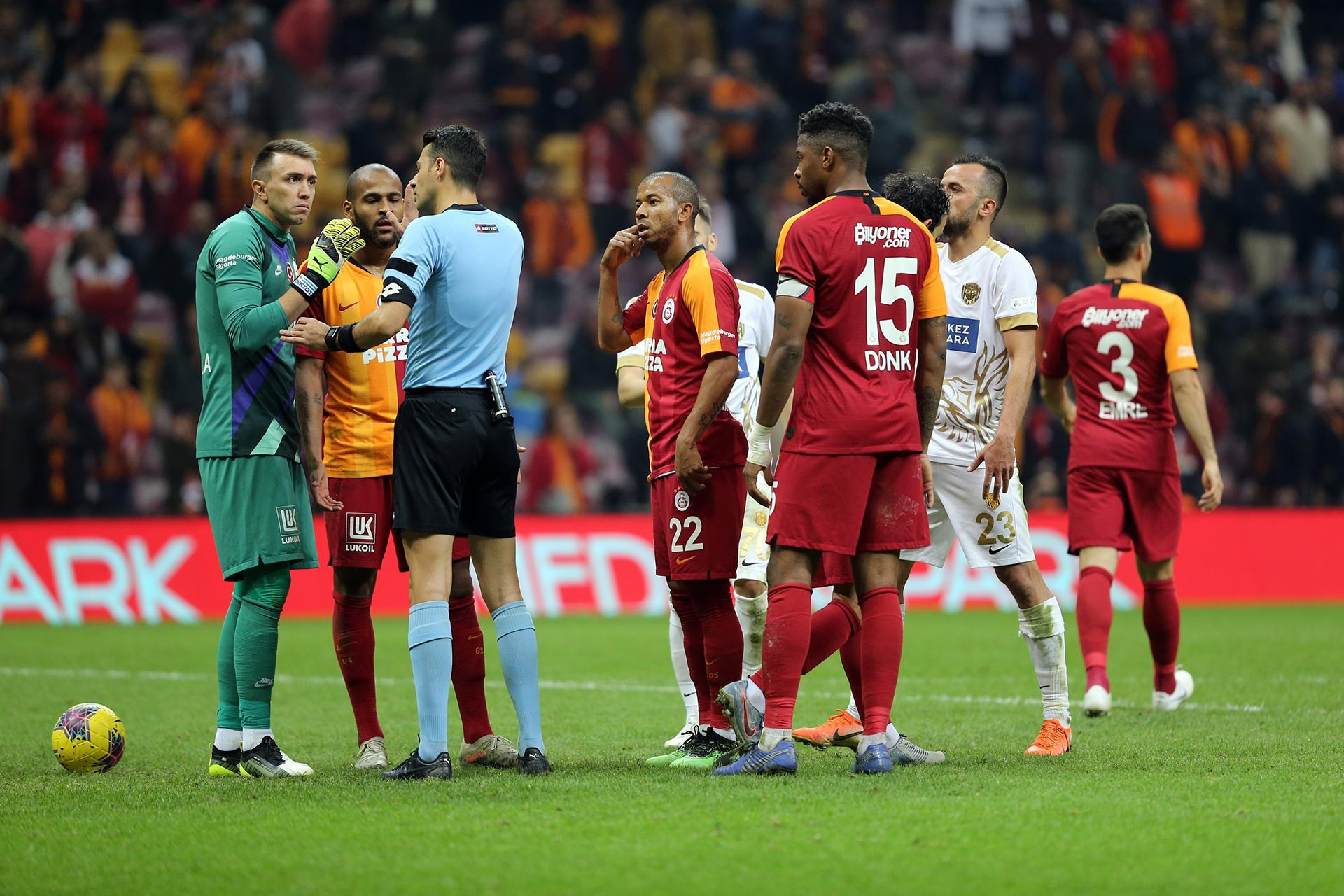 Galatasaray-Ankaragücü maçında Galatasaraylı oyuncular hakeme itiraz ederken