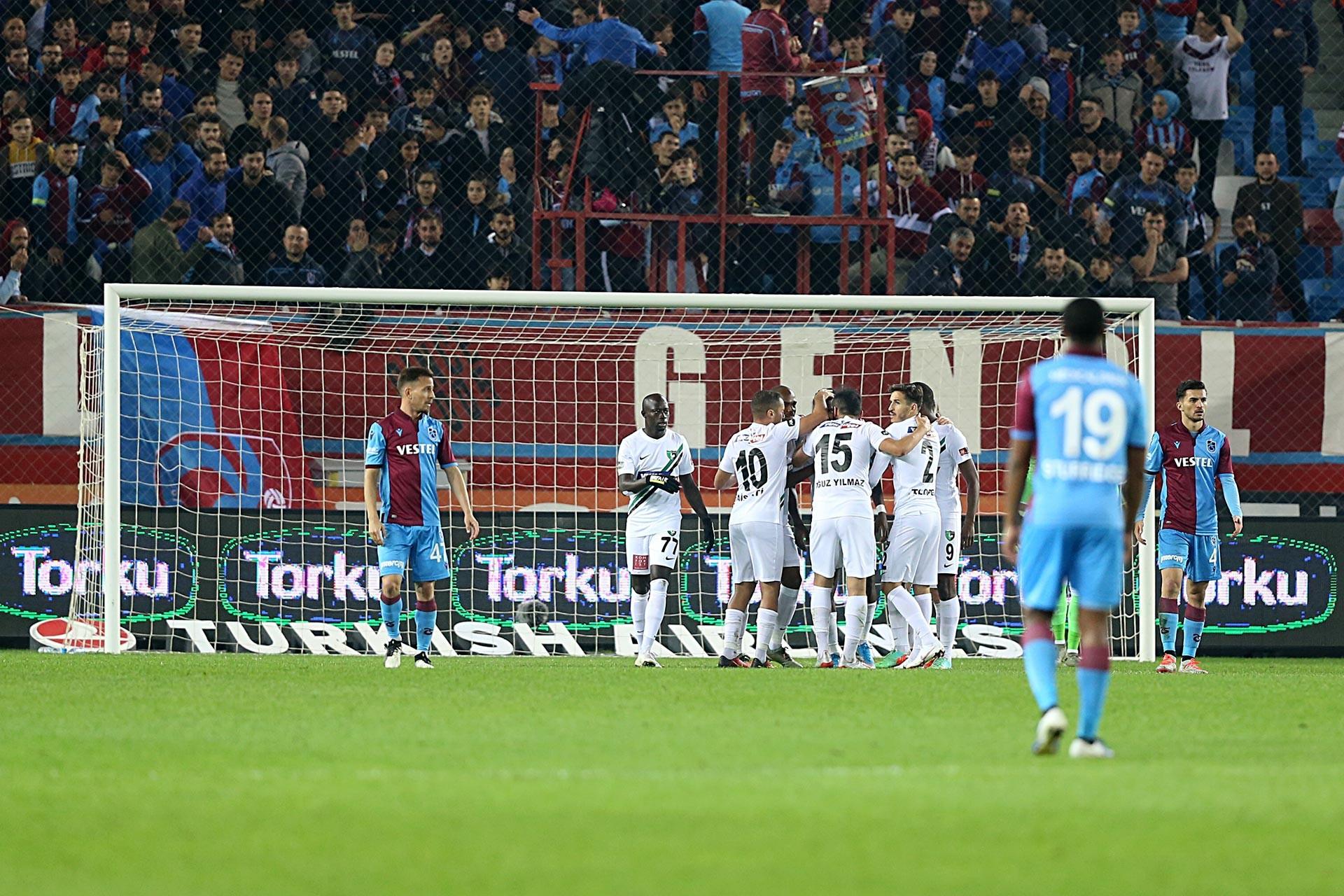 Trabzonspor-Denizlispor maçında Denizlispor oyuncuları gole sevinirken