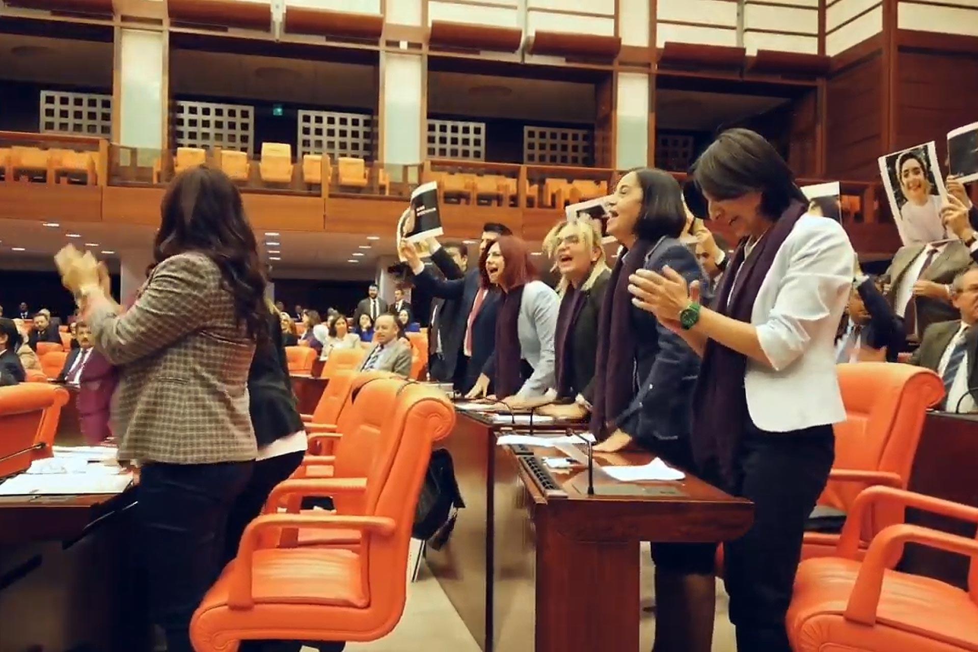 CHP'li kadın milletvekilleri TBMM'de Las Tesis eylemini gerçekleştirirken