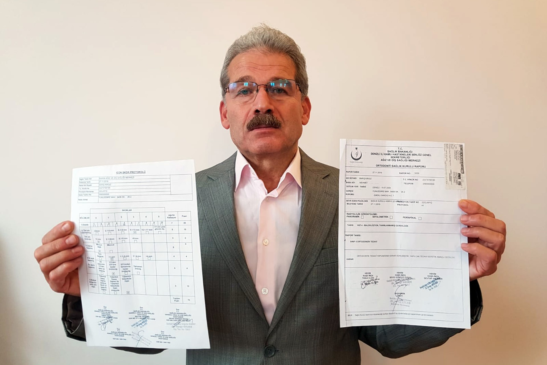 Mehmet Kırgız Diş tedavisi için alınan belgeleri gösteriyor