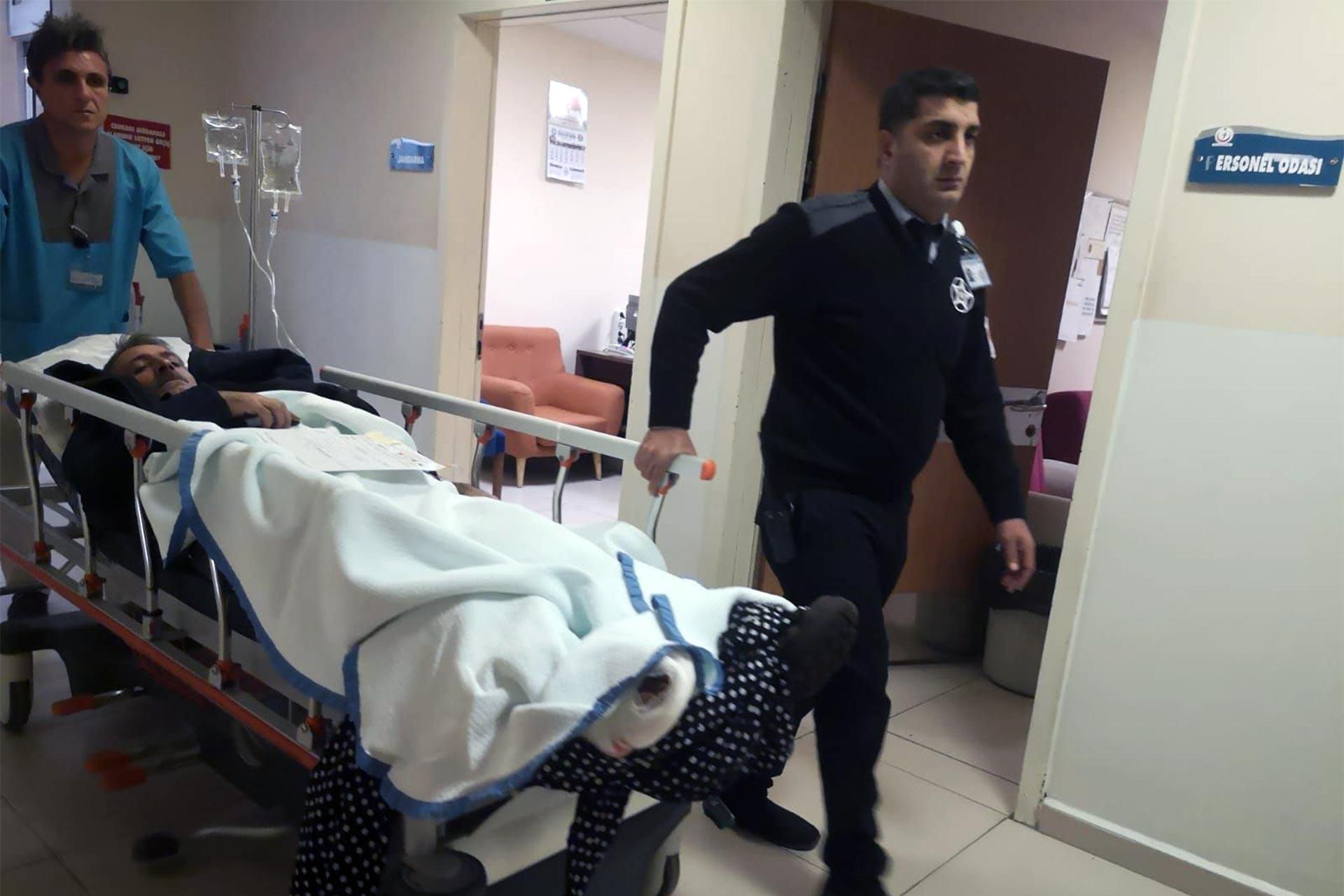yaralı işçi sedyede taşınıyor