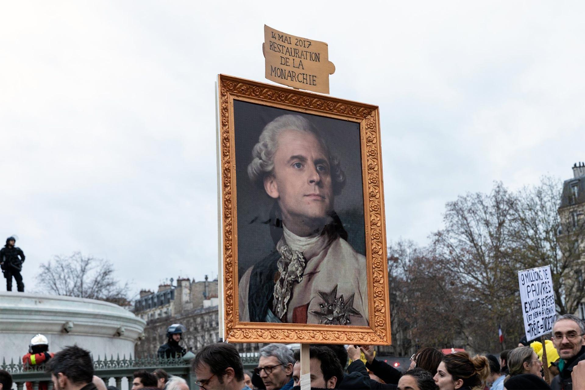 Fransa'da emeklilik düzenlemesine karşı düzenlenen grevde Macron'u kral gibi gösteren döviz