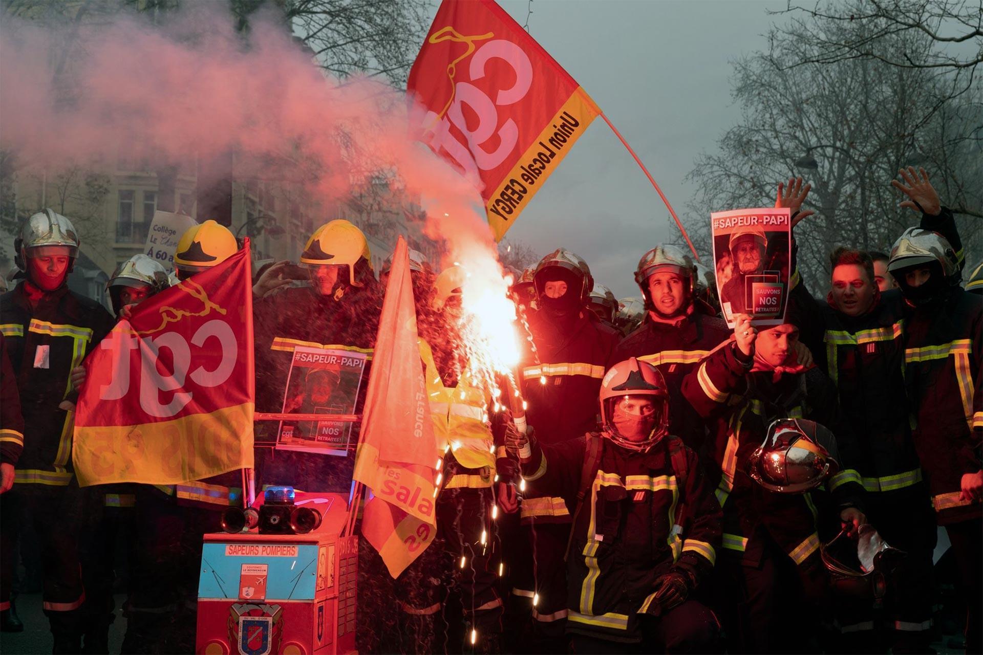 Fransa'da greve katılan itfaiyeciler