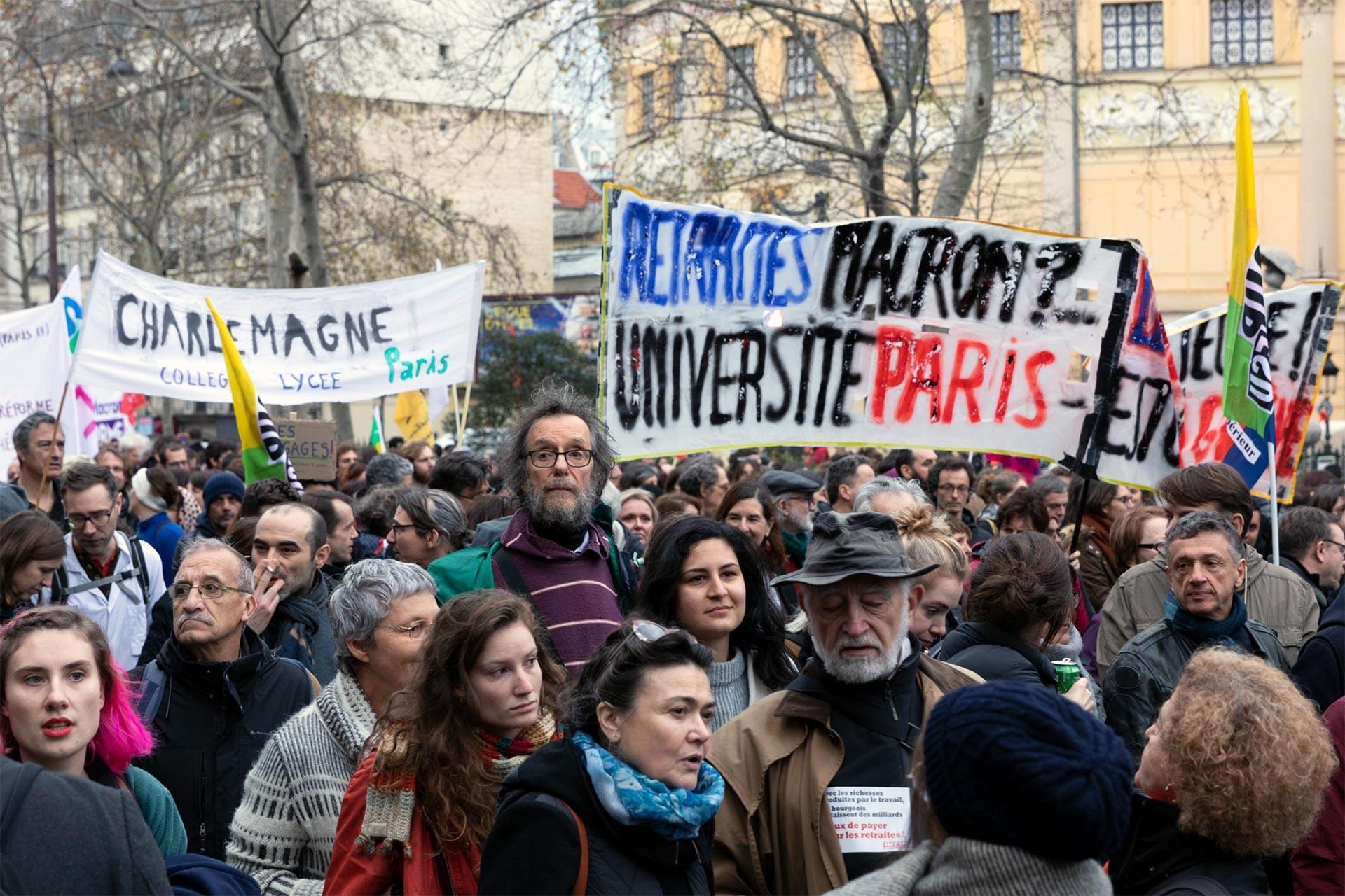 Fransa'da greve destek verenler ve üniversite öğrencilerinin pankartı