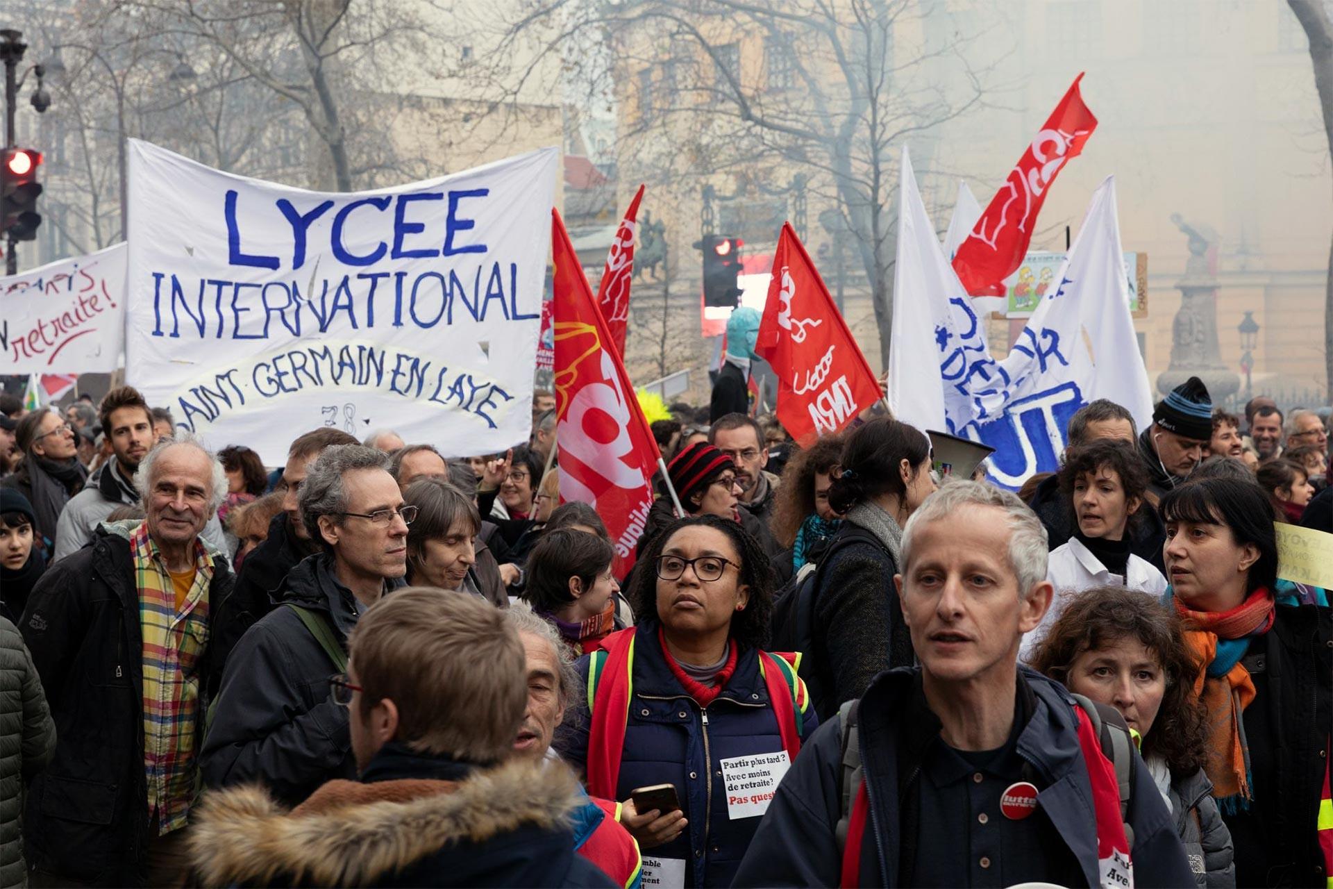 Fransa'da greve destek verenler ve lise öğrencilerinin pankartı