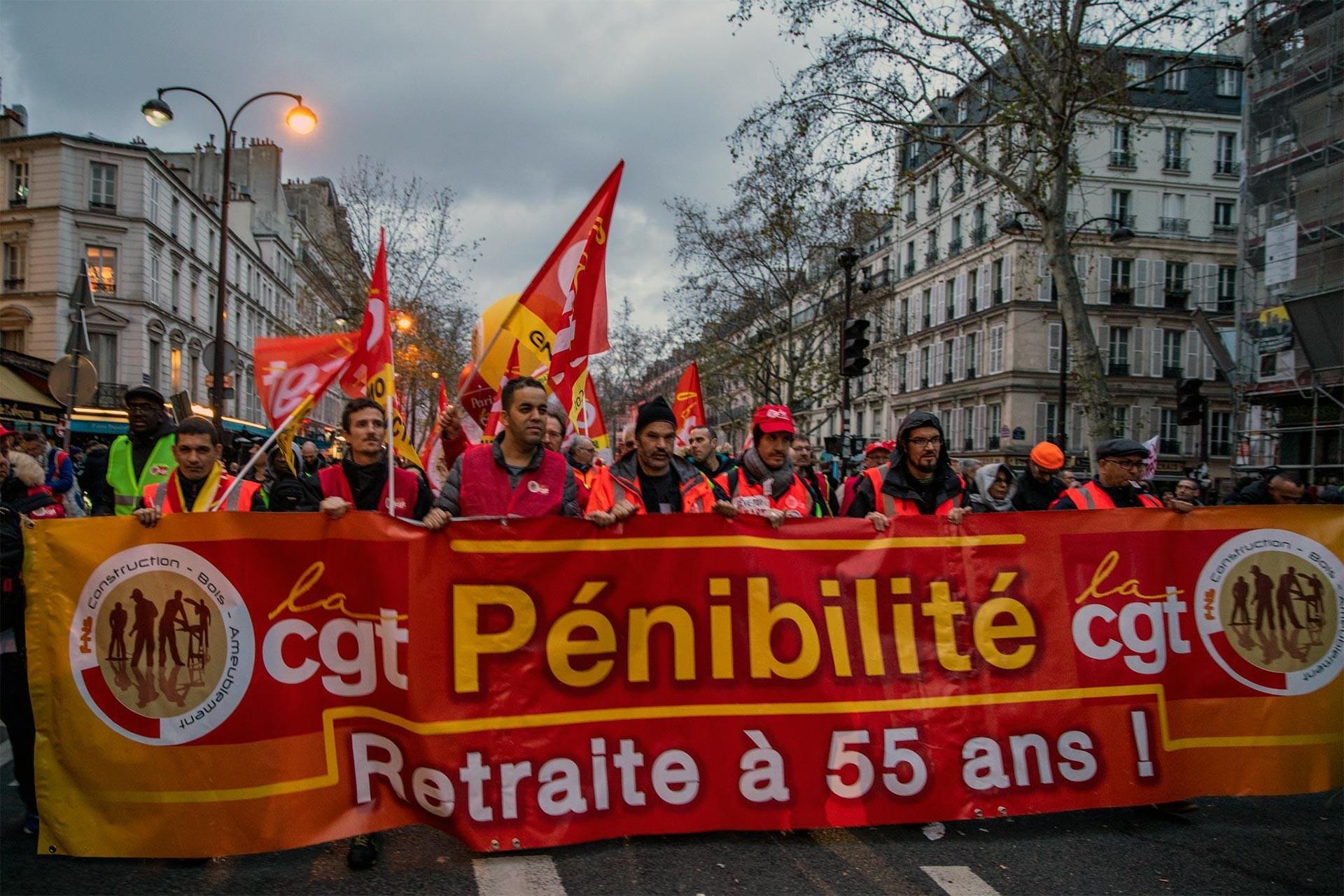 Fransa'da grev üzerine yürüyüş yapan işçi ve emekçiler