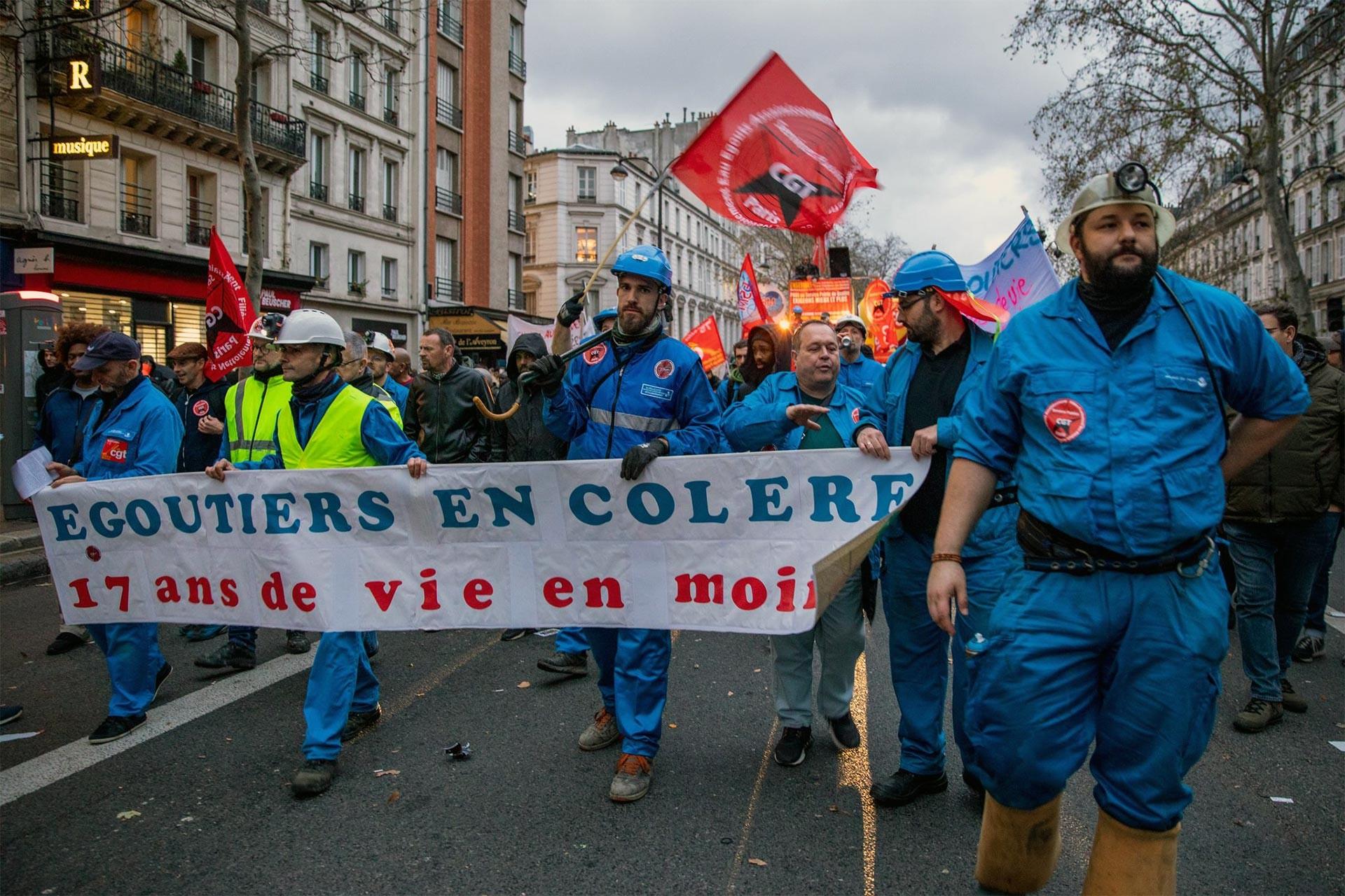 Fransa'da grev üzerine yürüyüş yapan işçiler
