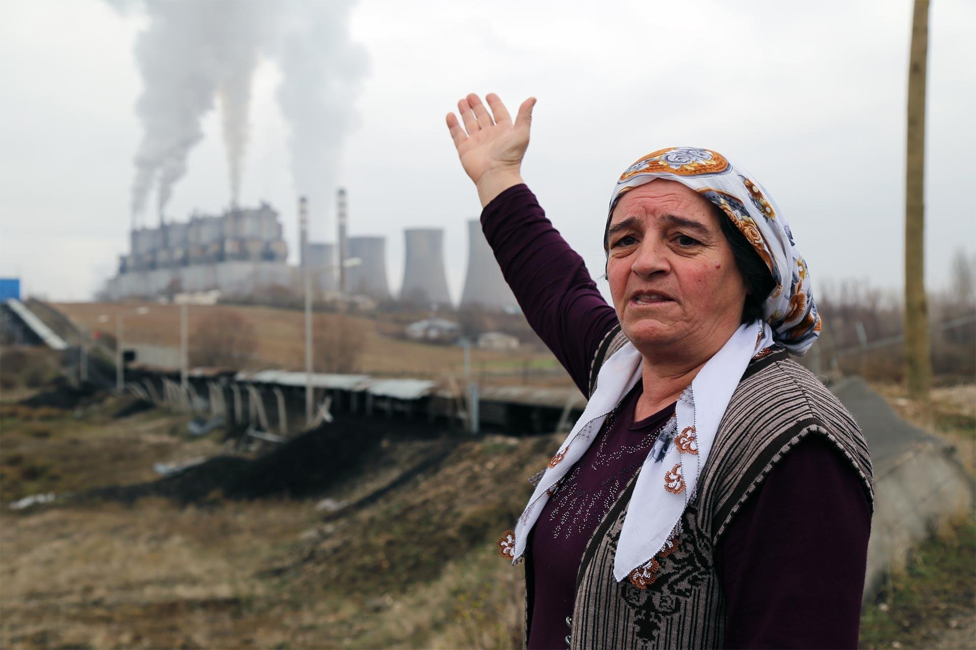 Termik santral önünde tepki gösteren mahalleli bir kadın